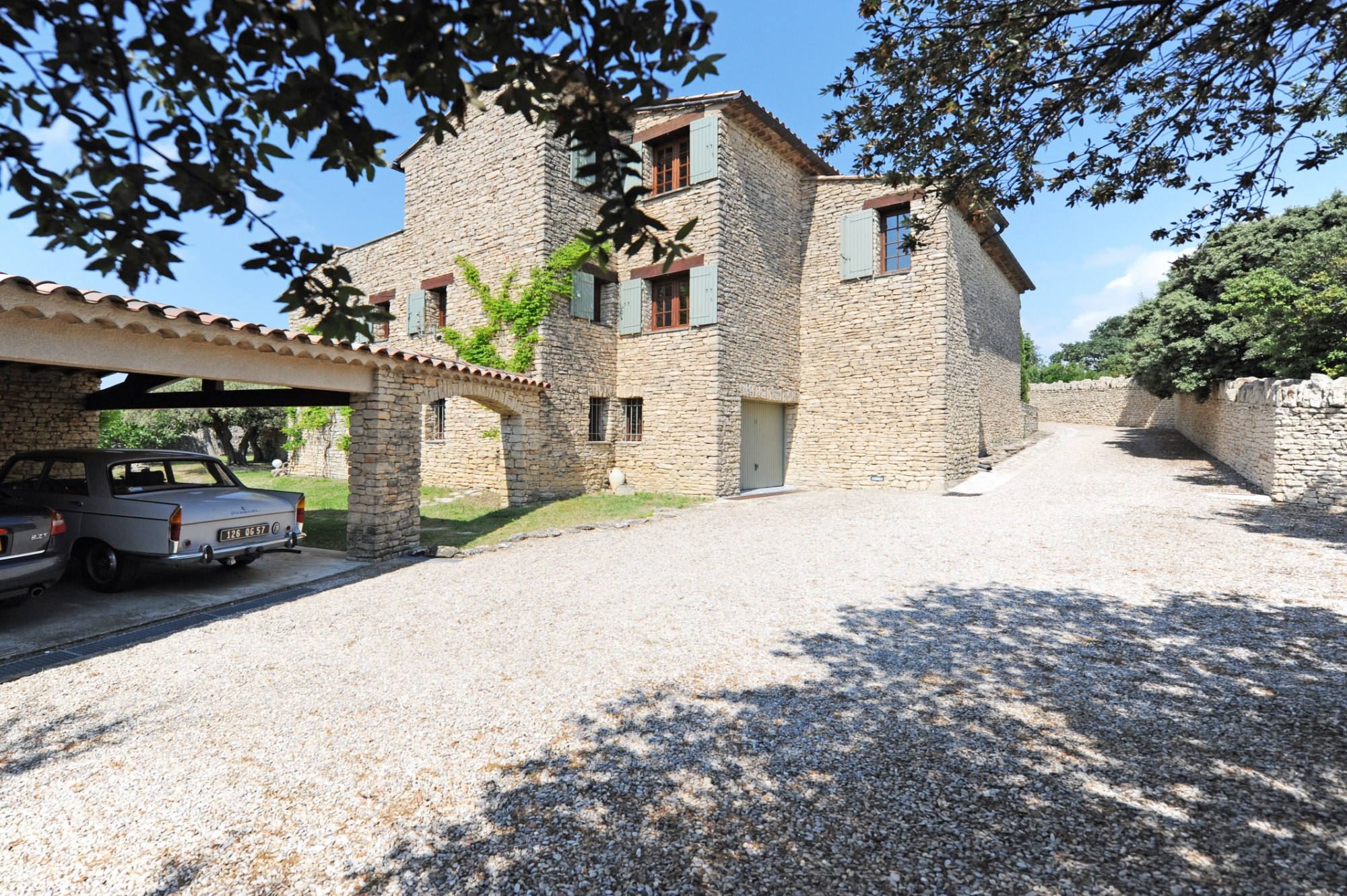 A vendre à Gordes, maison en pierres en position dominante à 2 pas du centre du village.