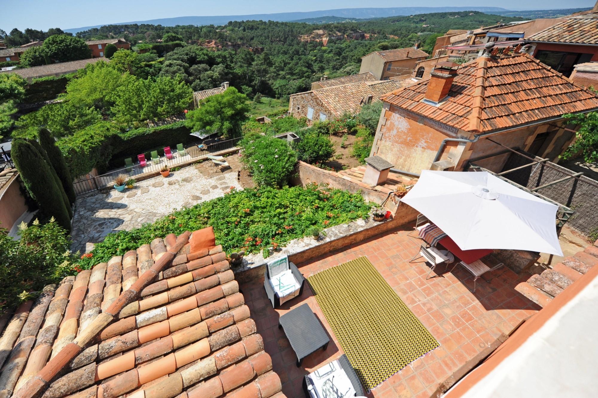 A vendre en Luberon, propriété de village avec vue et piscine