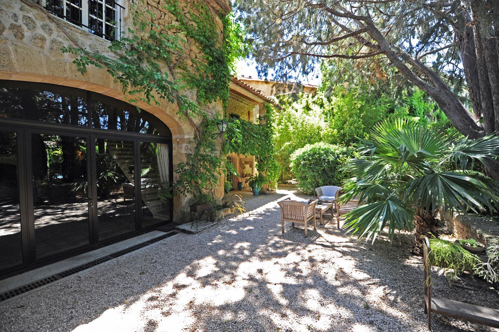 Élégante bastide de village du 18ème, avec dépendances et piscine, à vendre en Provence