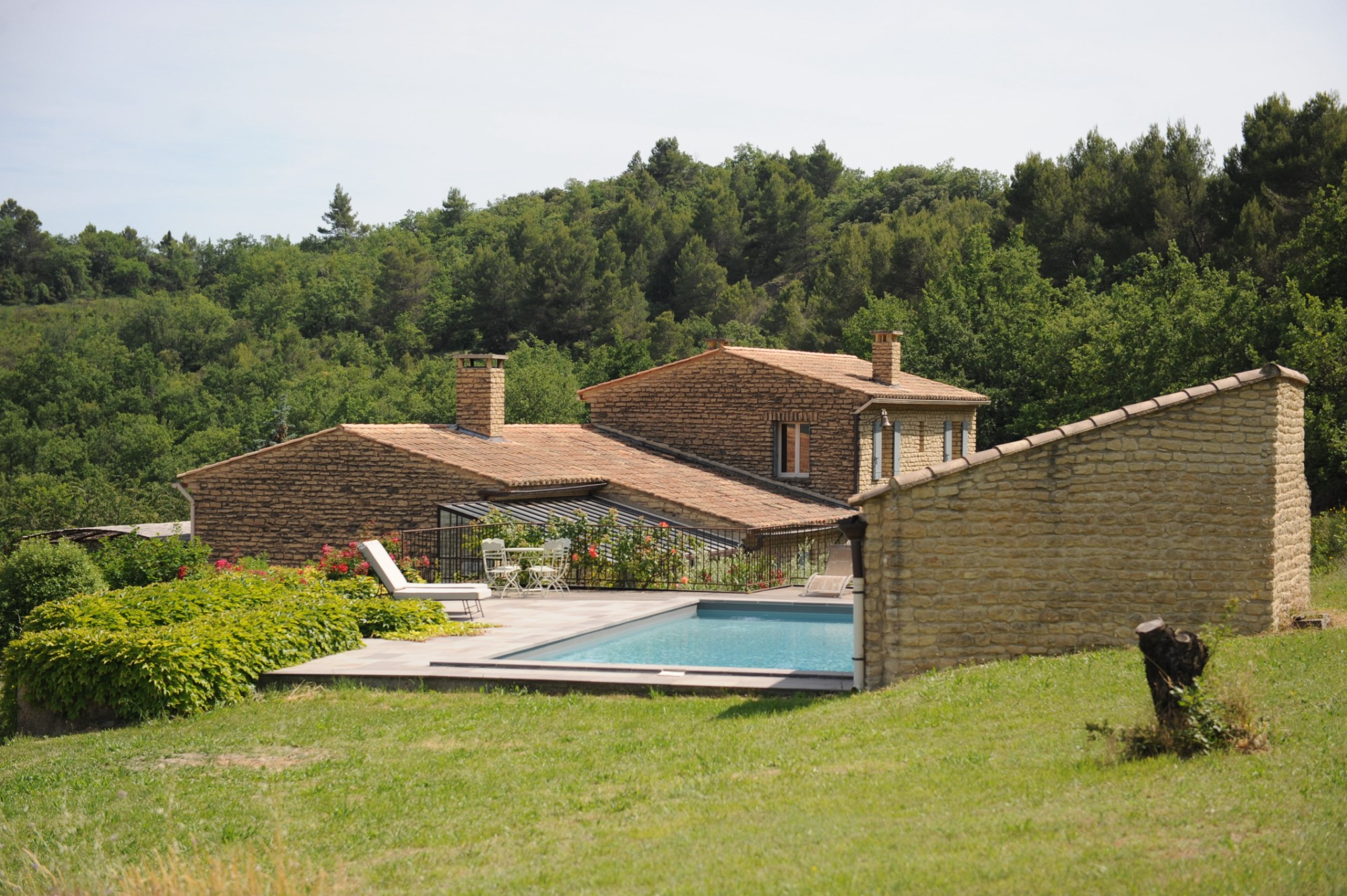 ventes a vendre en luberon belle maison en pierres avec piscine et pool house sur 25 hectares. Black Bedroom Furniture Sets. Home Design Ideas