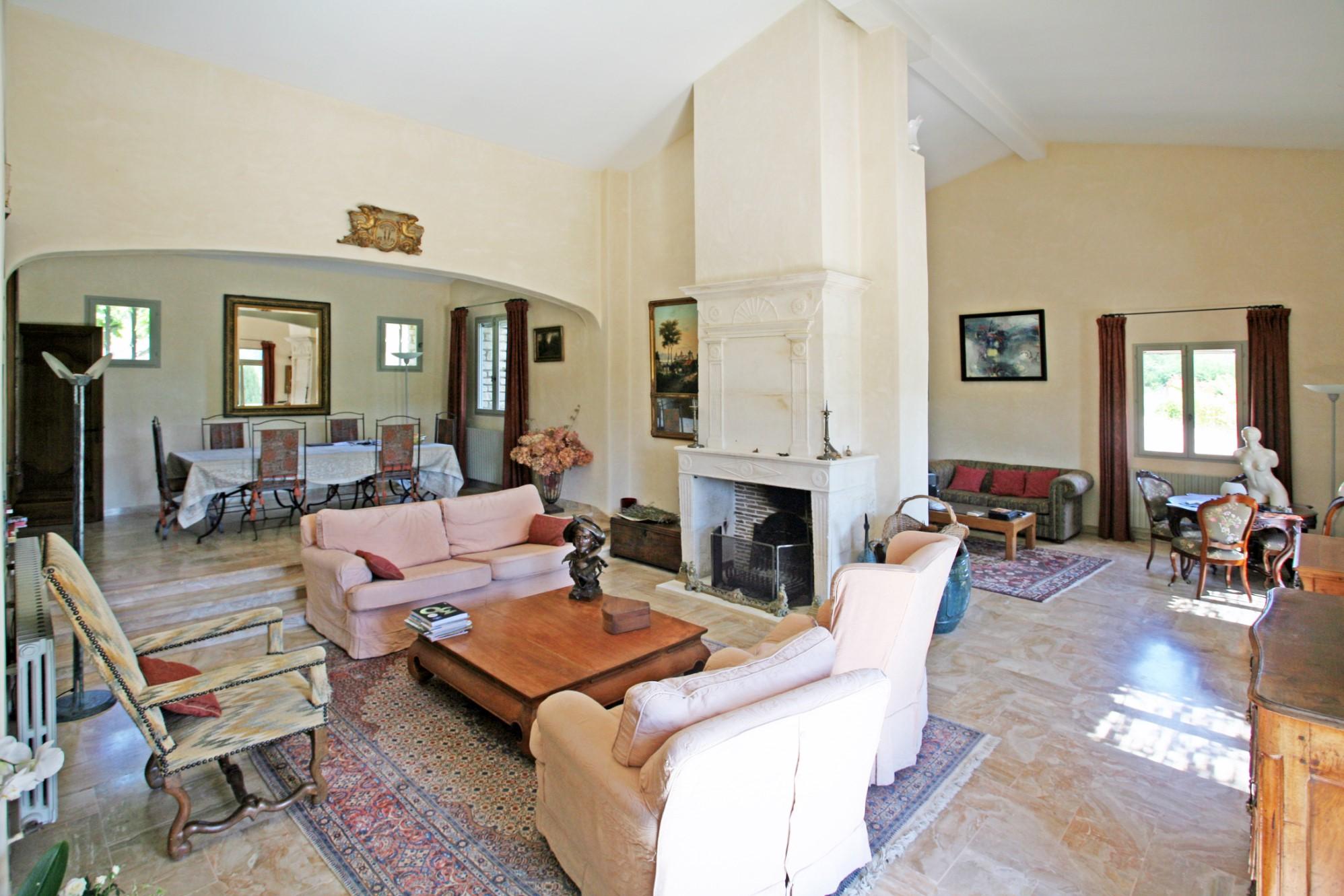 A vendre,  en Luberon, belle maison en pierres, avec piscine et pool house sur 2,5 hectares