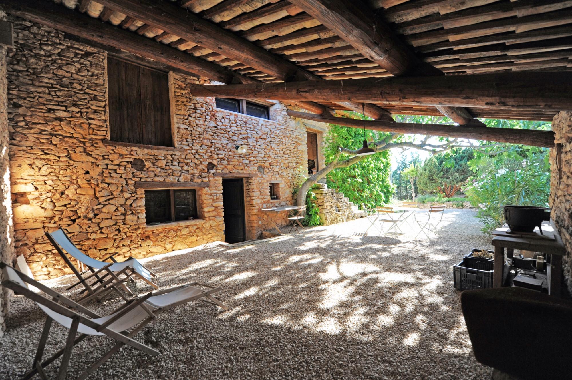 A vendre à Roussillon, grande maison 18ème de hameau avec dépendances