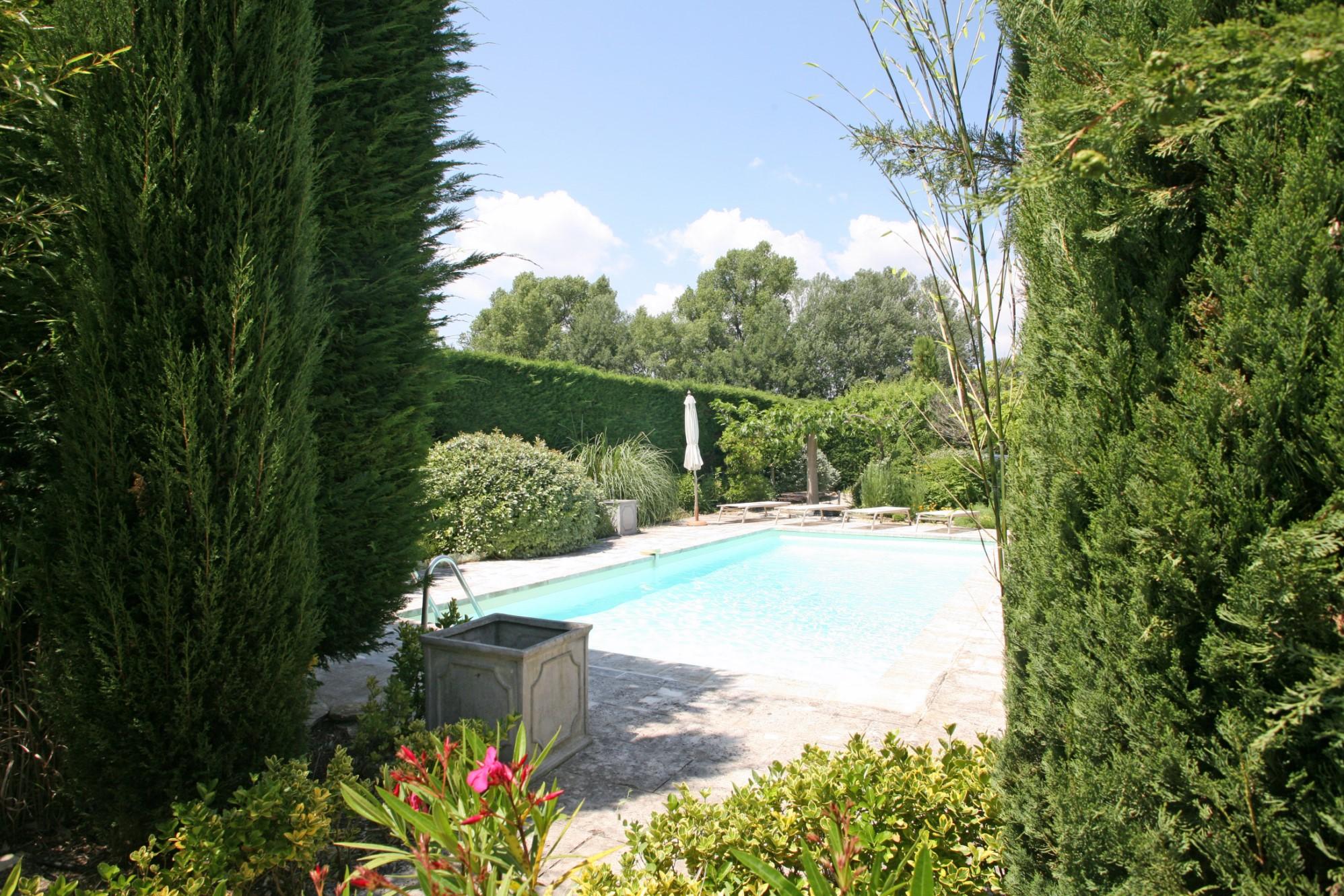 Ventes maison de hameau avec jardin et piscine vendre for Maison piscine jardin