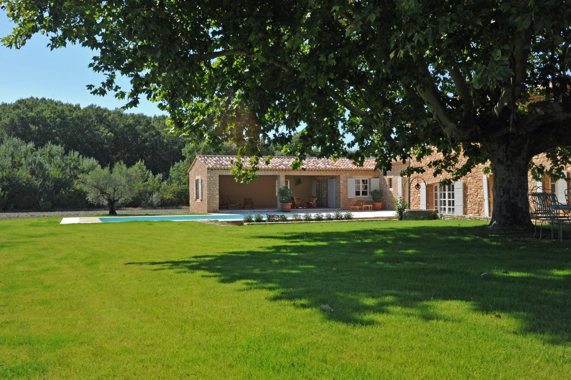 A vendre, proche de Roussillon, mas en pierre restauré avec piscine et pool-house  sur 2,7 hectares