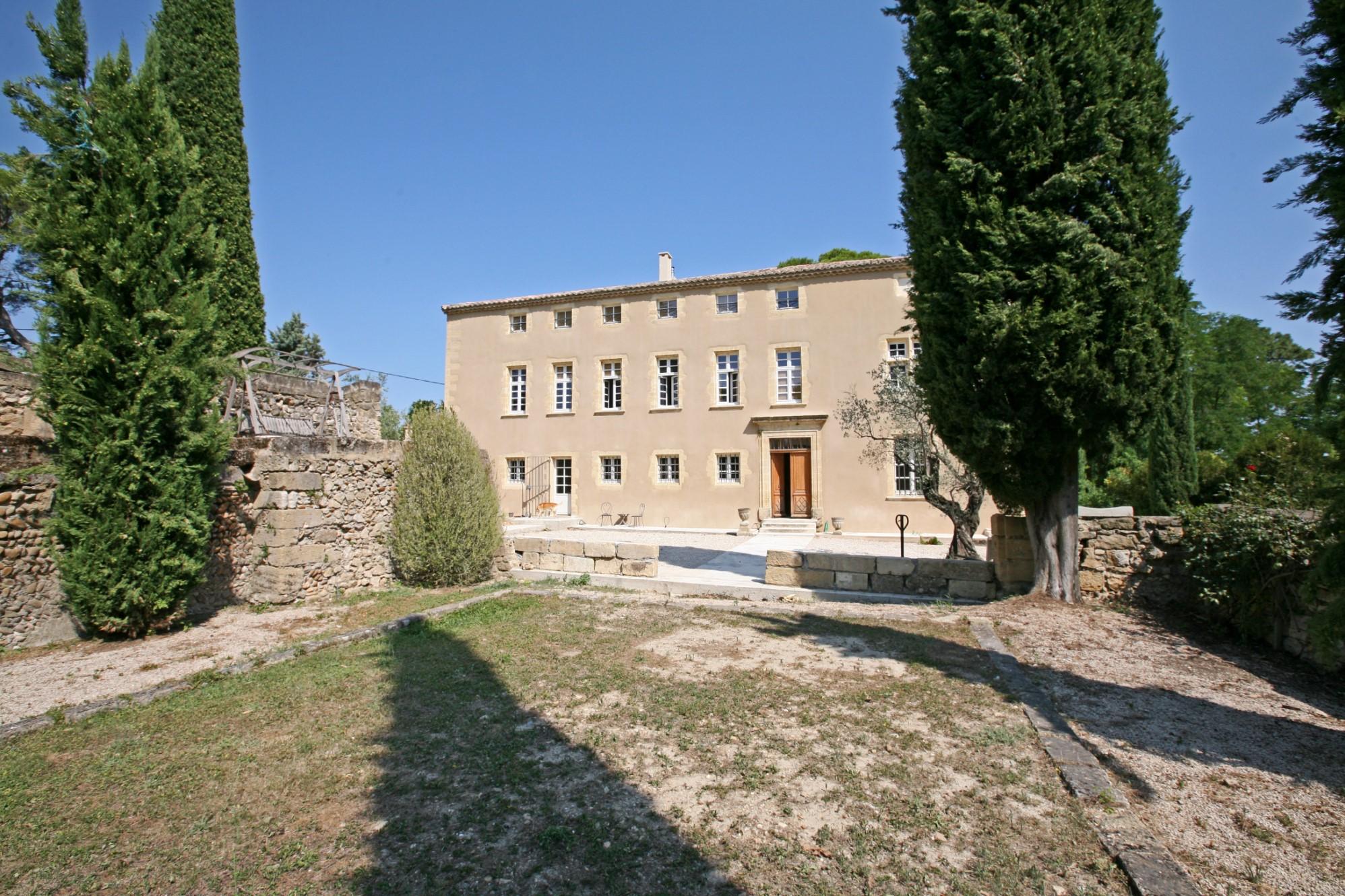 Château restauré au cœur d'un domaine privé en Provence