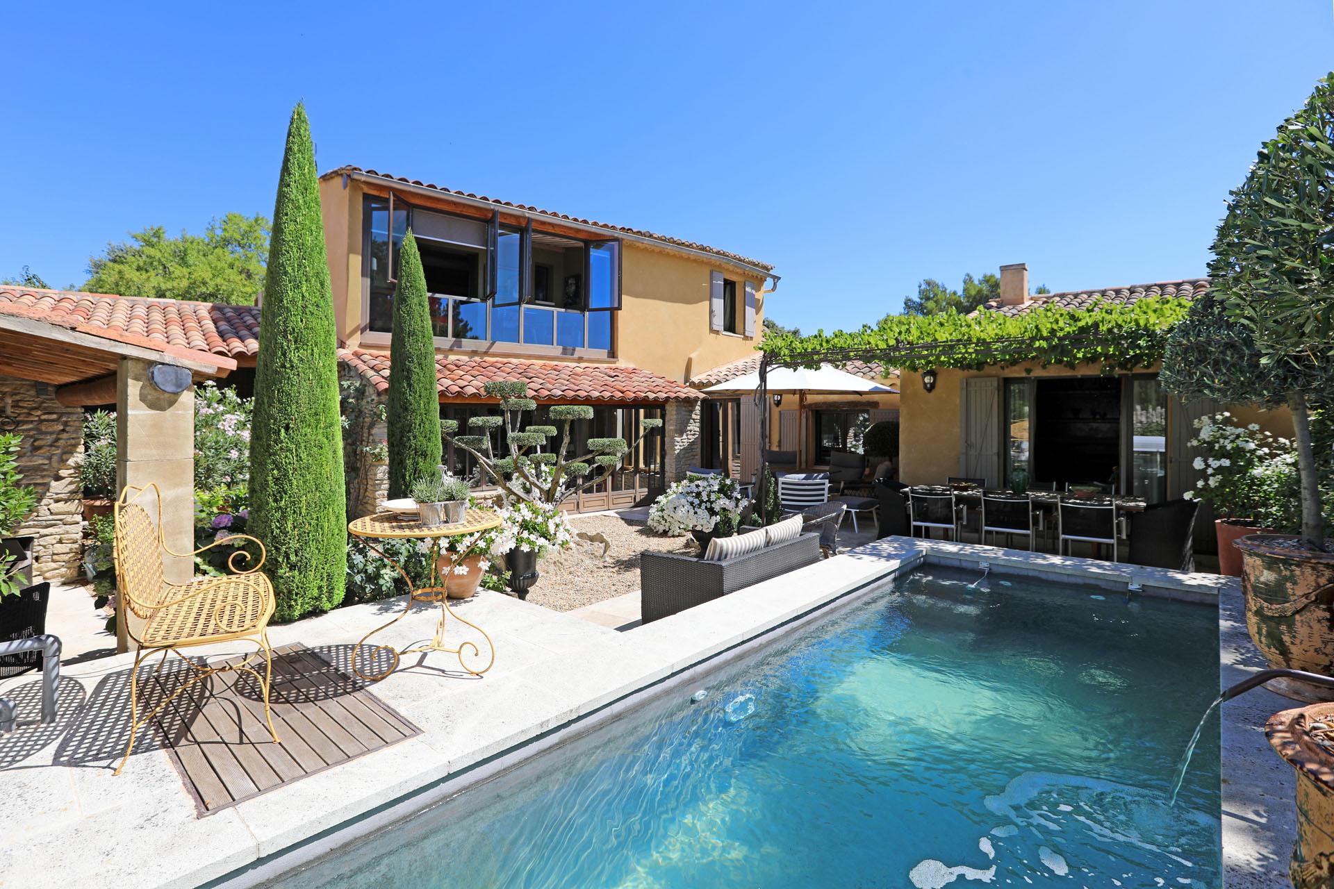Luberon, maison de village avec piscine en bassin