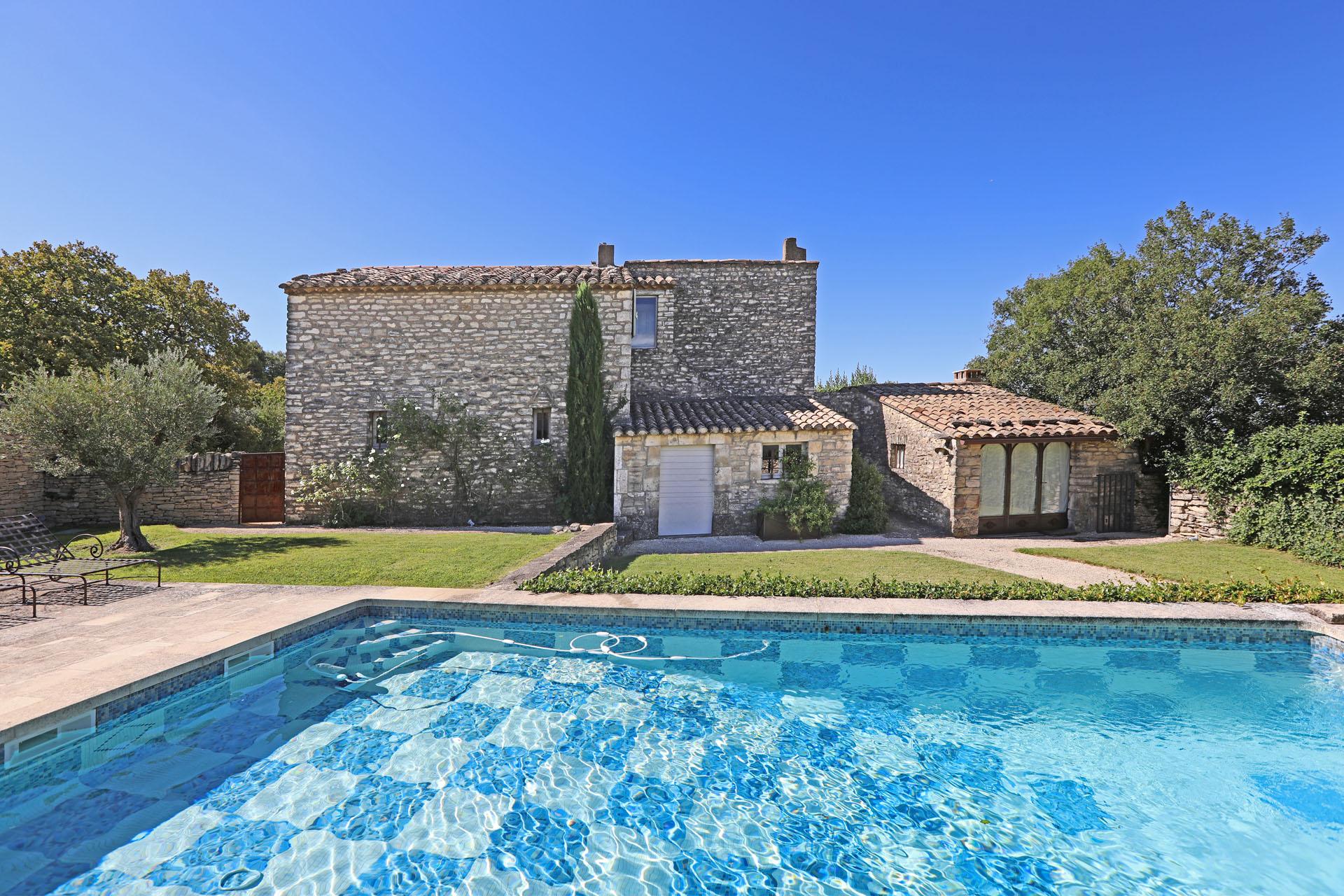 A vendre à Gordes, piscine et maison