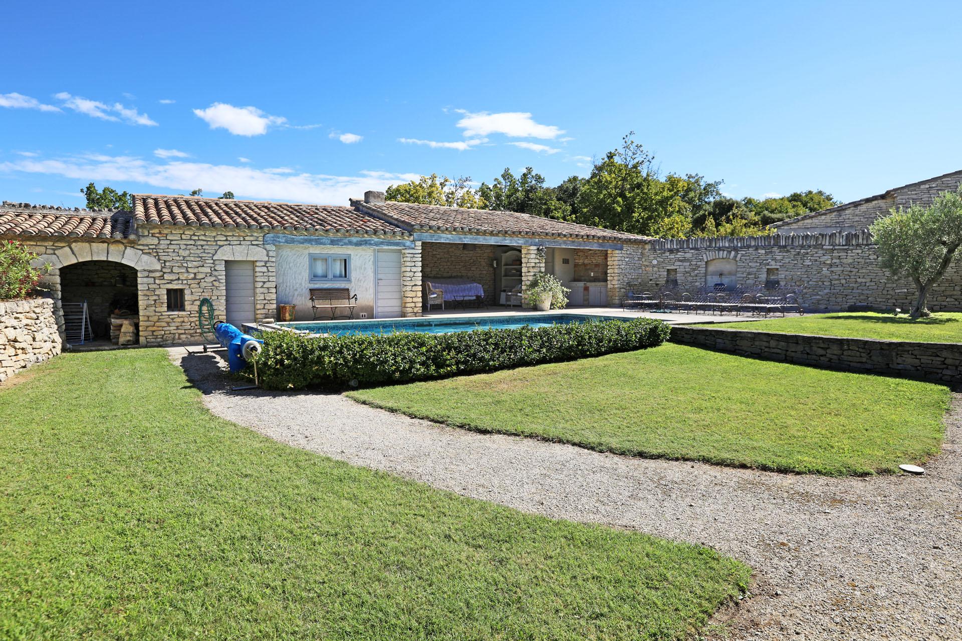 Gordes, la piscine et le pool house de la maison à vendre