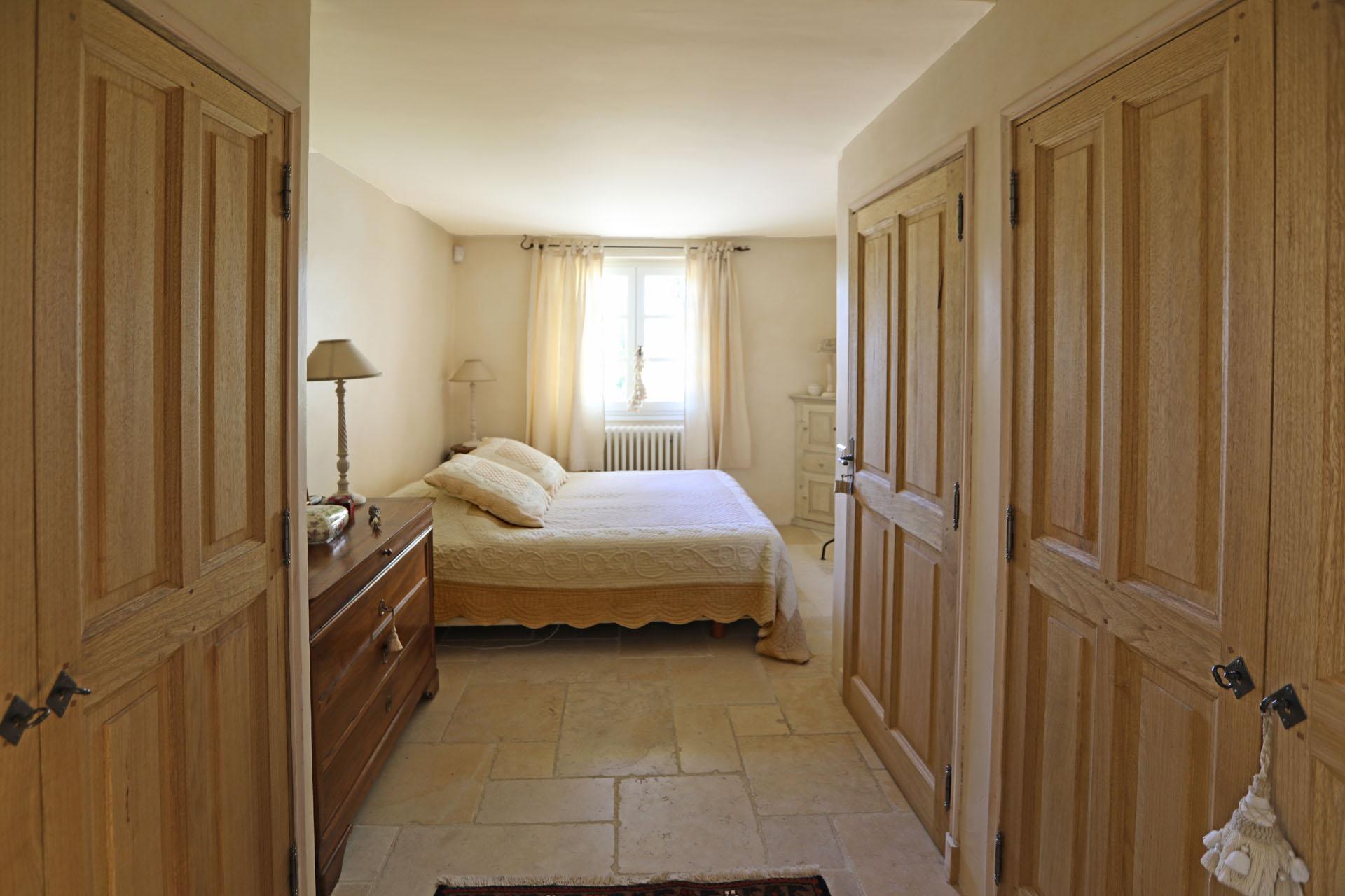 Une chambre de la maison à vendre à Gordes