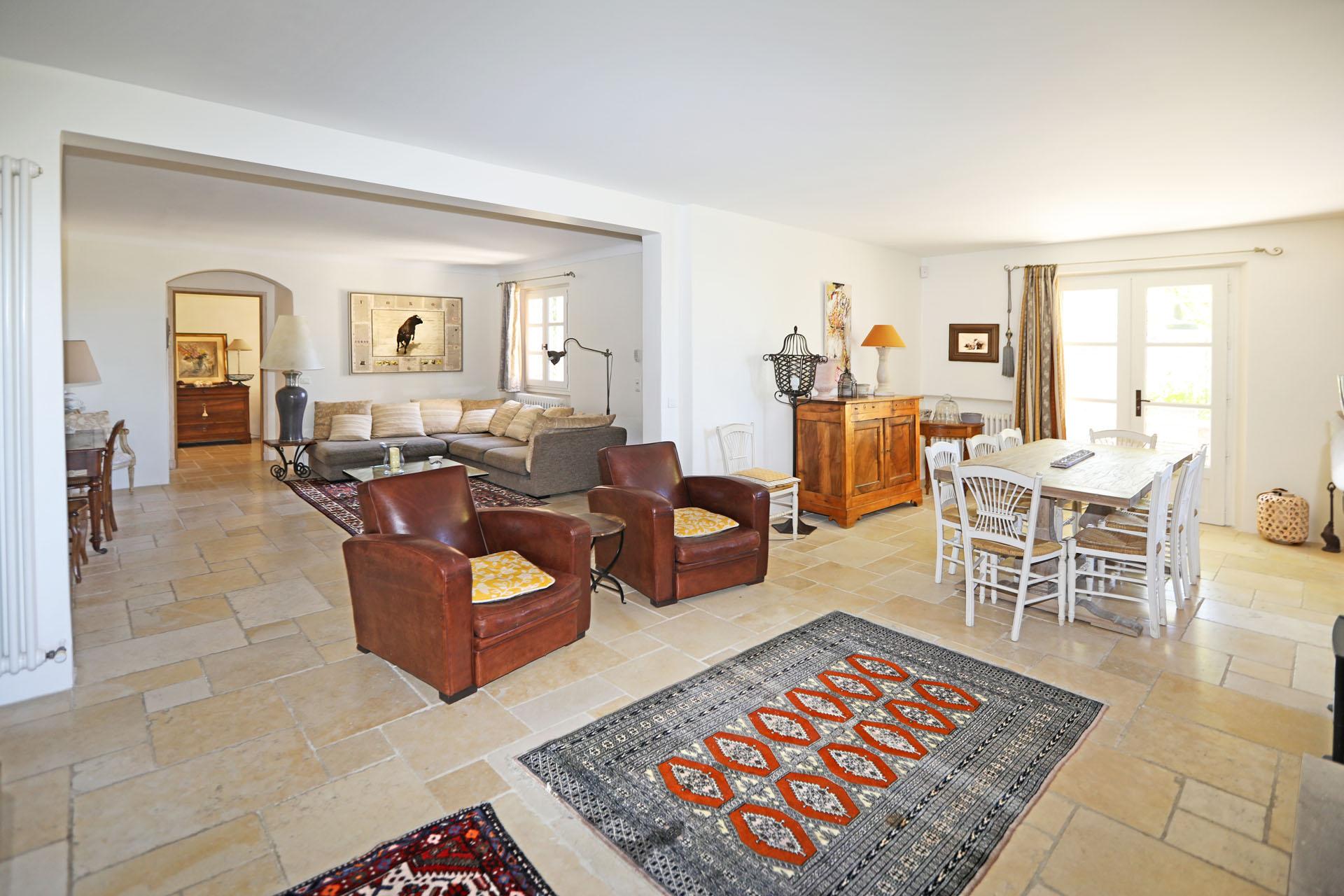 Les espaces de vie de la maison à vendre à Gordes