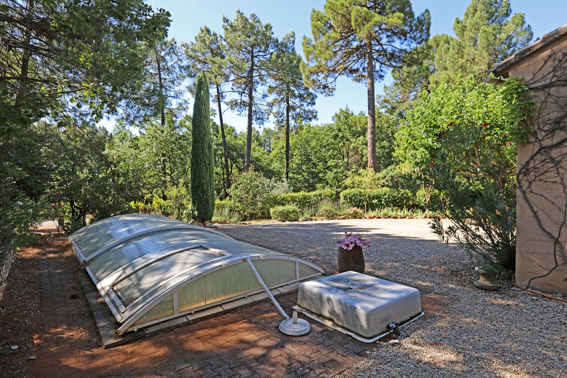 Vue sur la piscine et le jardin par le coté de la maison