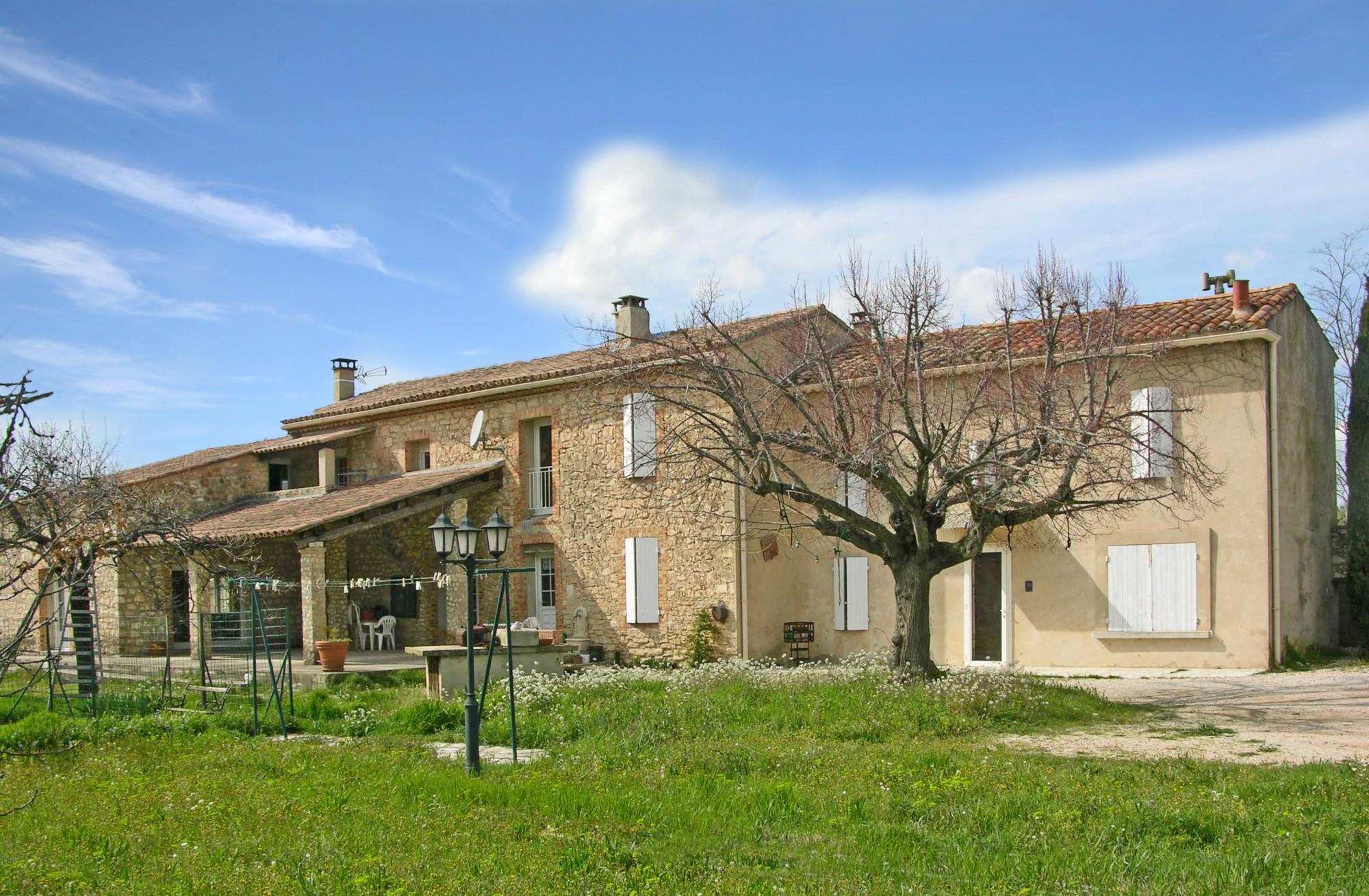 Mas ancien rénové avec piscine et terrasses à vendre dans le Luberon