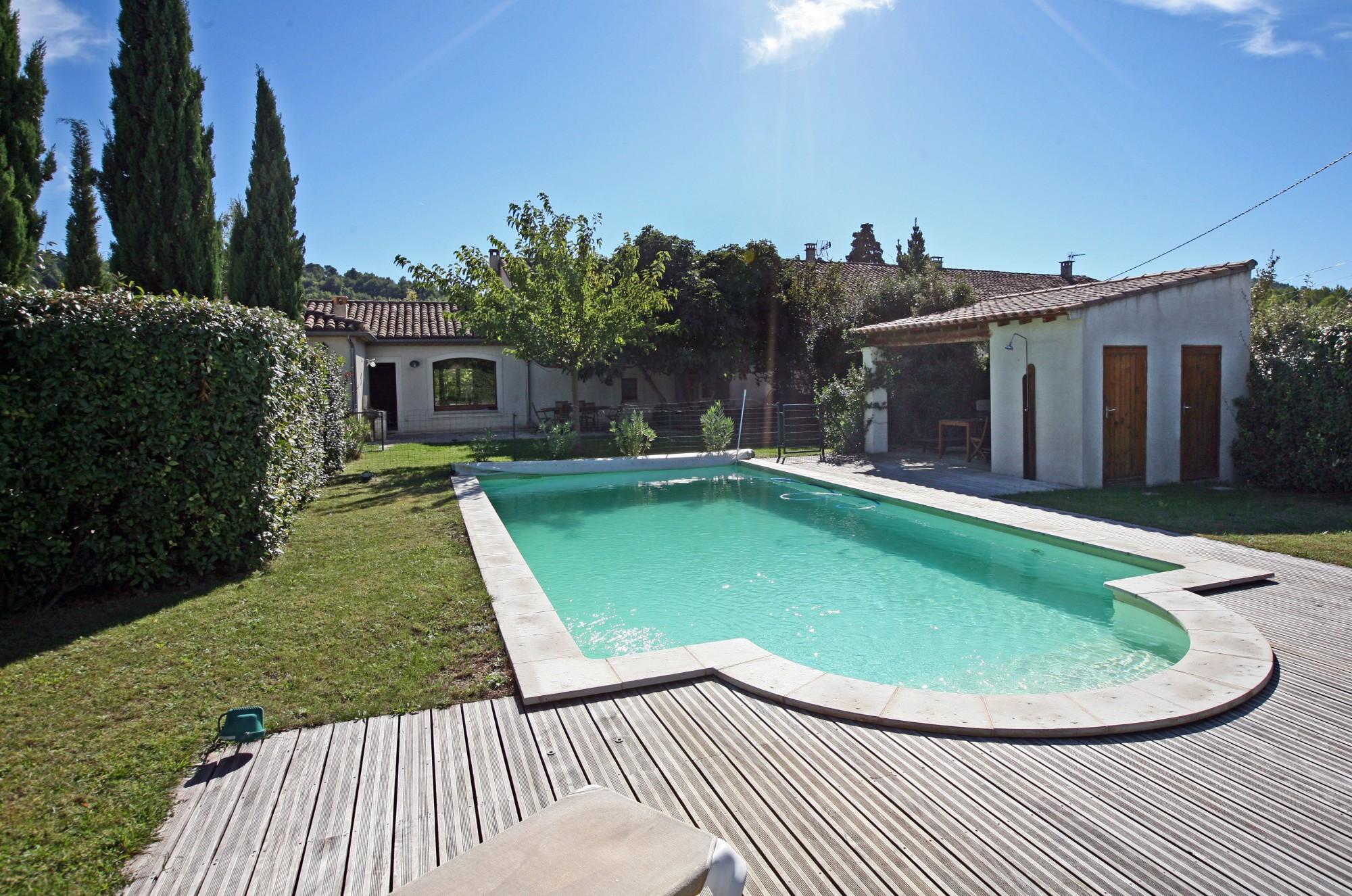 La piscine de ce mas restauré à vendre en Provence
