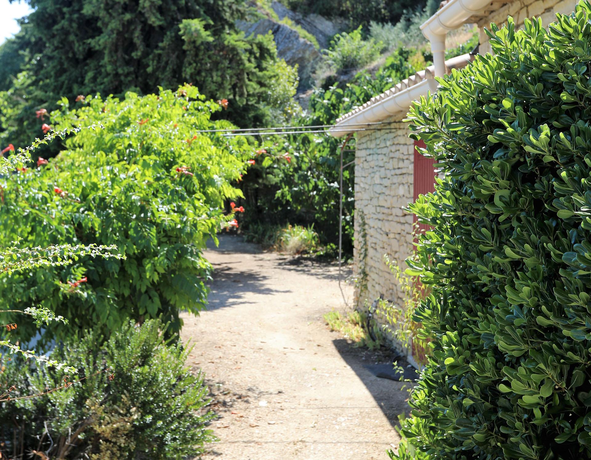 En vente en Luberon,  petite maison avec jardin en bordure de village