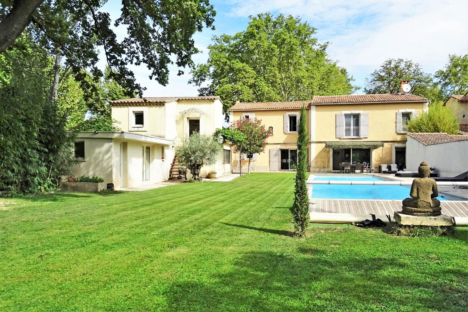 Avignon, bastide de charme avec dépendances et piscine avec jardin