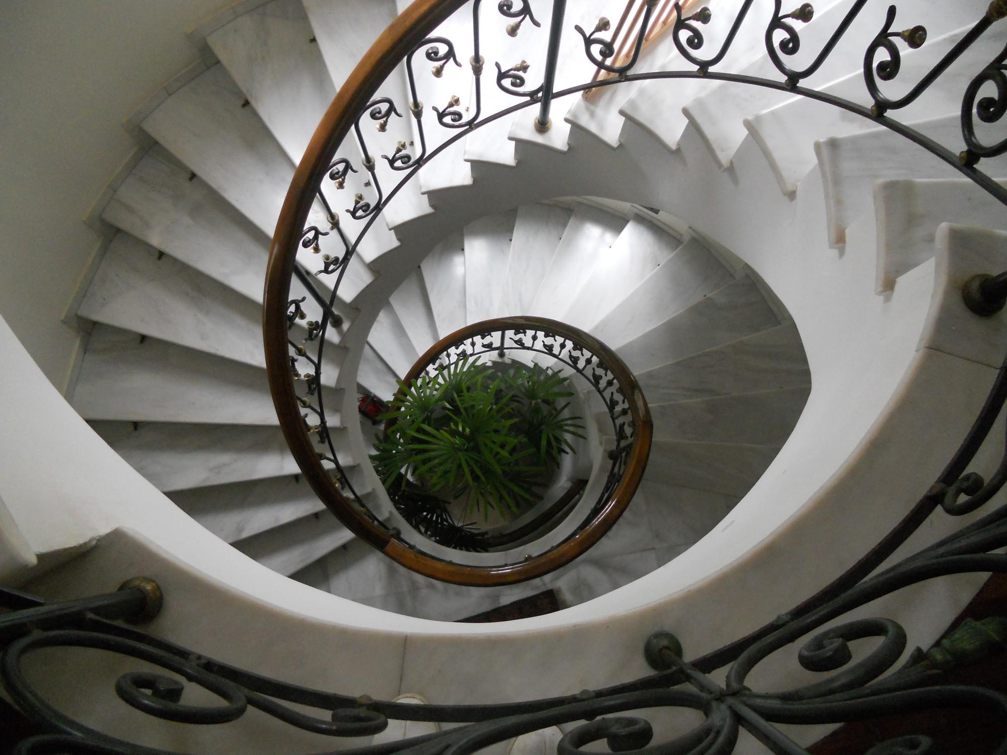 L'escalier en marbre blanc de la maison à vendre en Grèce