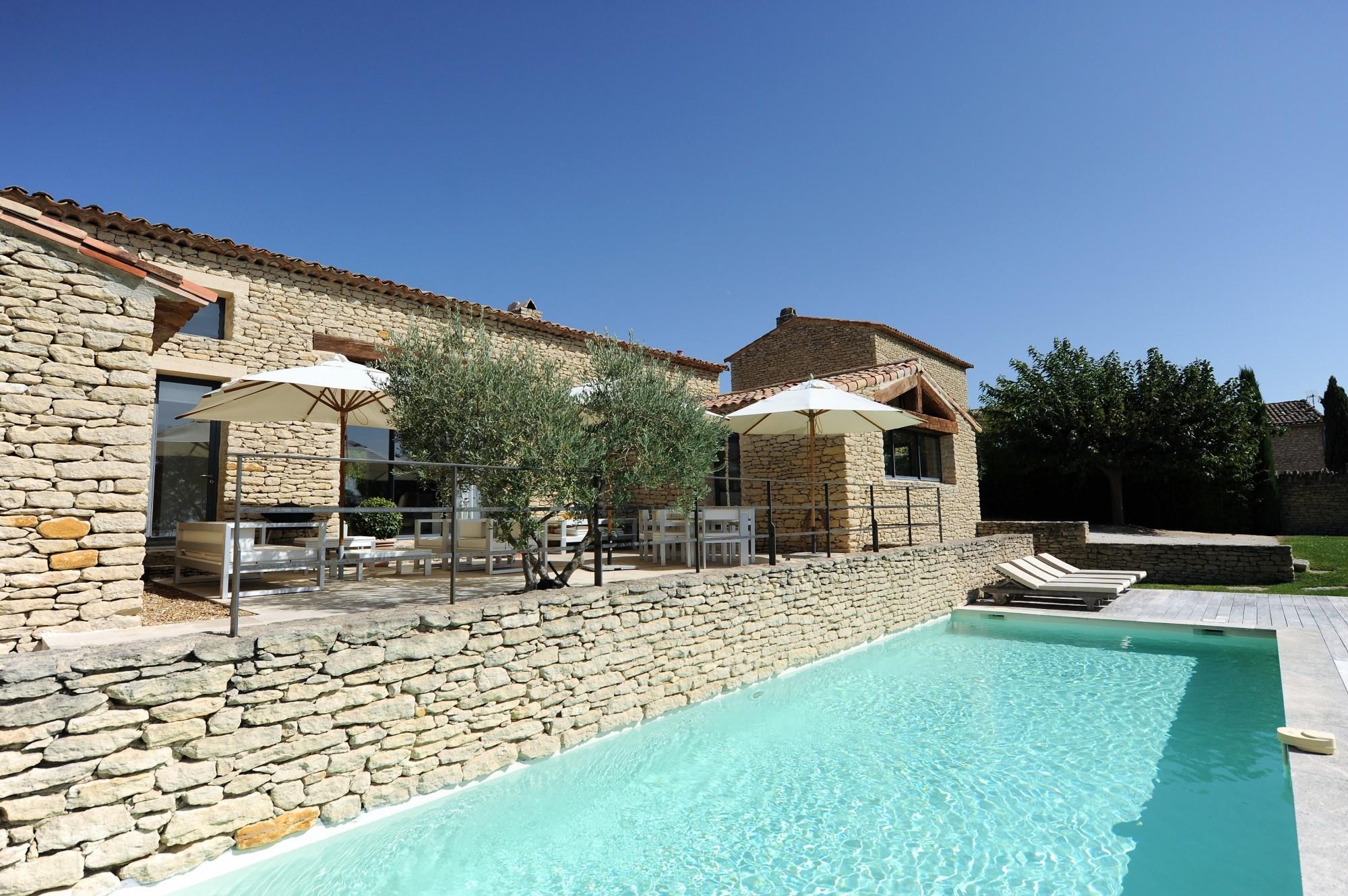 En Luberon, en vente, ensemble immobilier en pierres avec maison d'amis et deux piscines sur 2000 m²