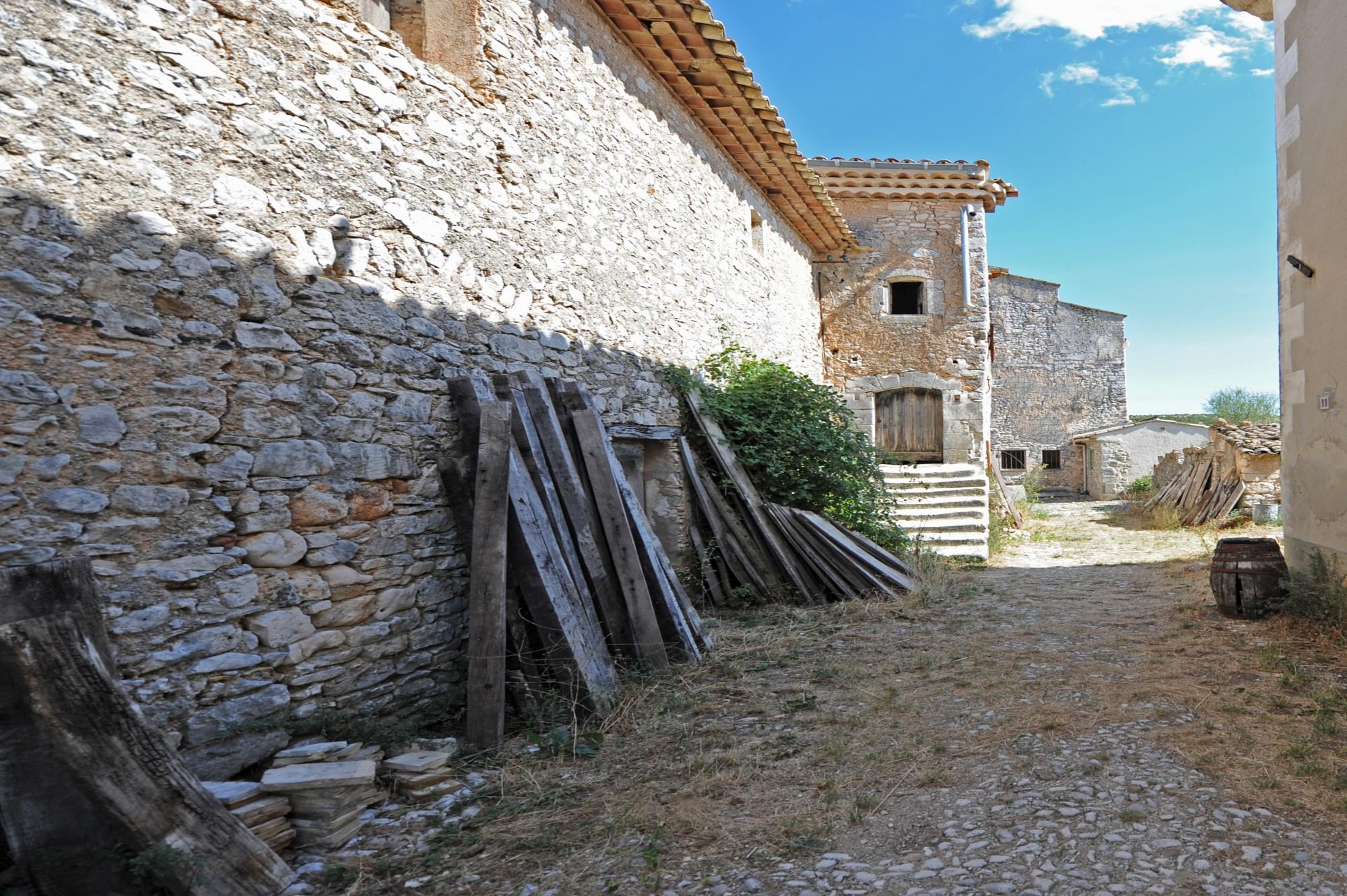 Proche Rustrel - Superbe bâtisse en pierre à rénover sur 7 hectares