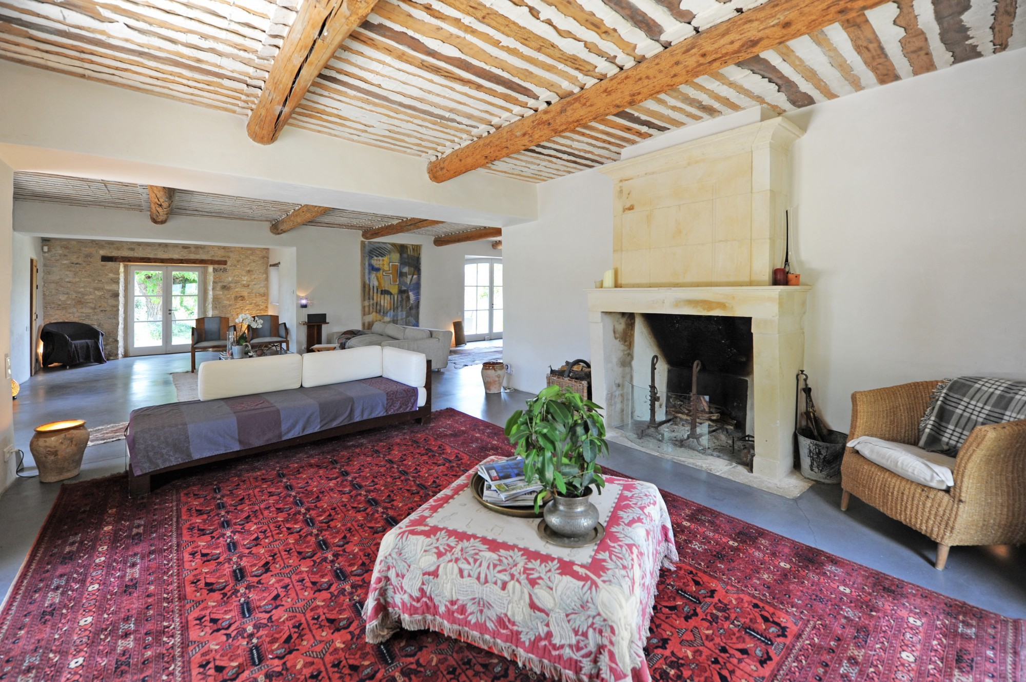 Close to Bonnieux, renovated farmhouse with pool on more than 2 hectares