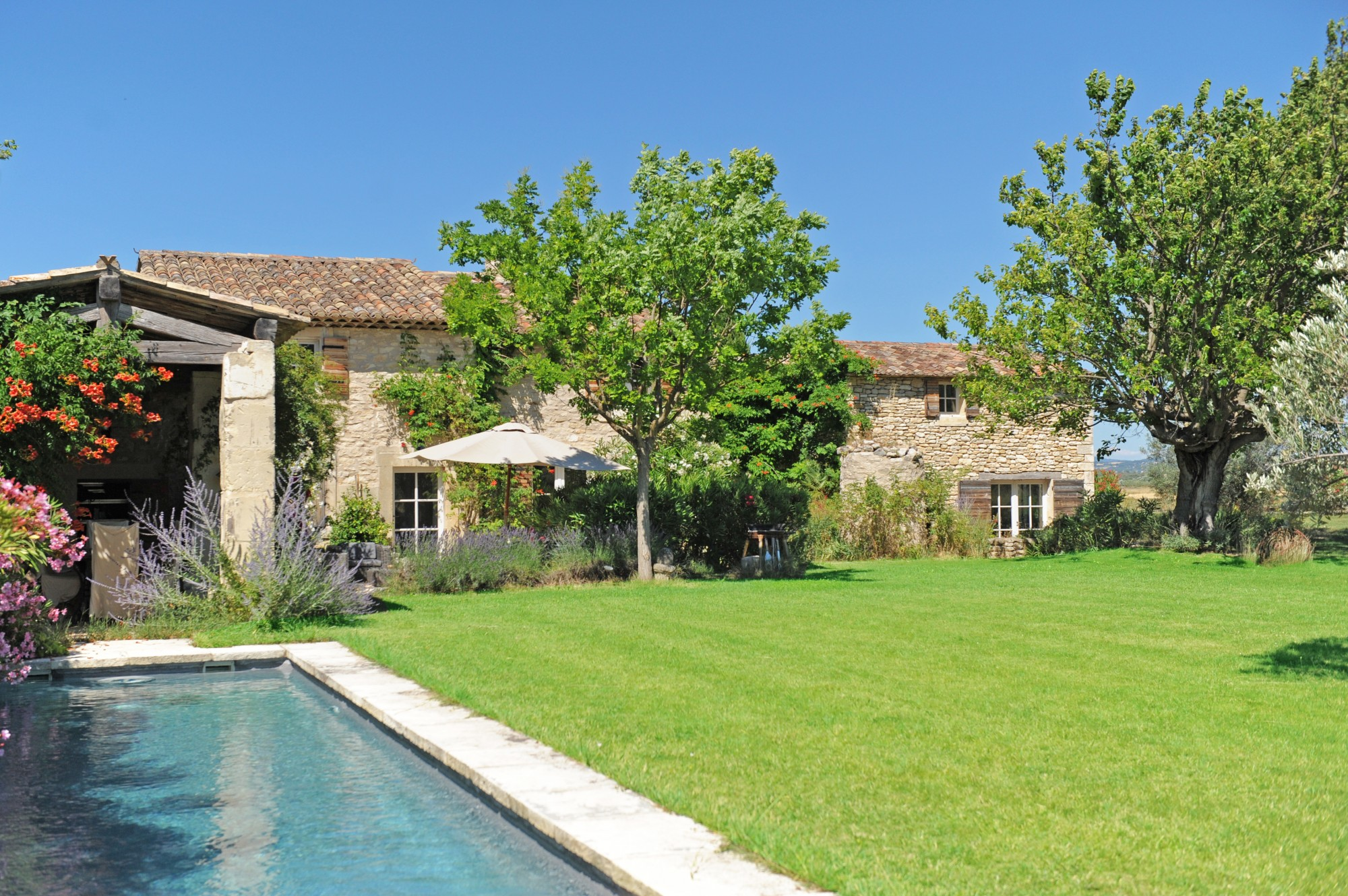 Proche Bonnieux, ferme rénovée avec piscine sur plus de 2 hectares