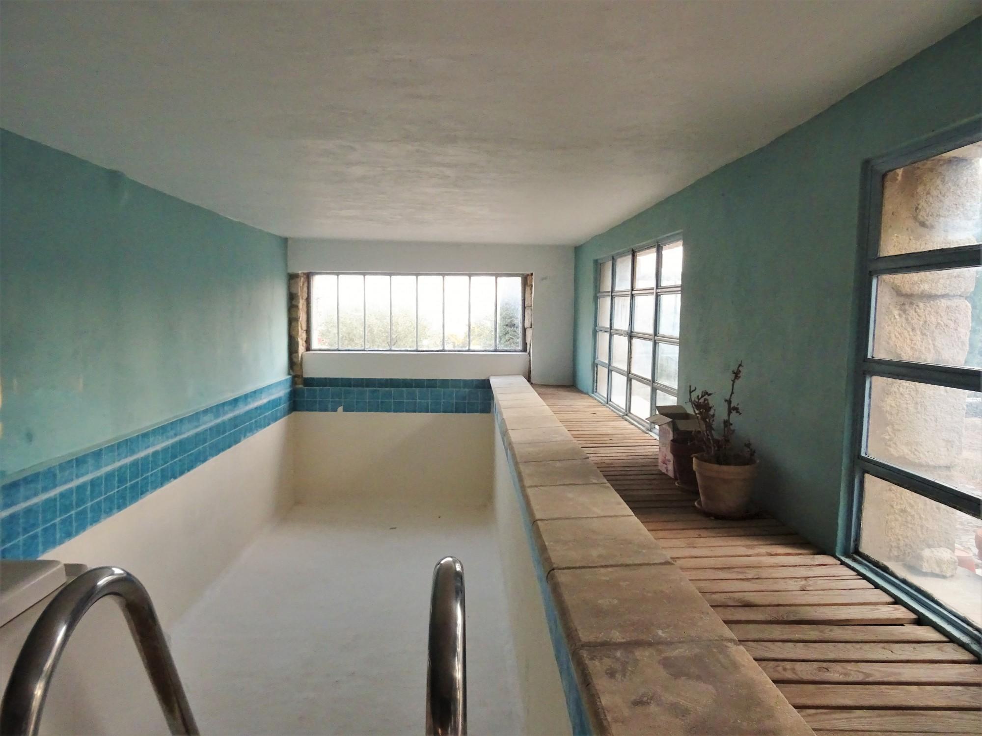 En Luberon, bastide en pierres avec piscine intérieure