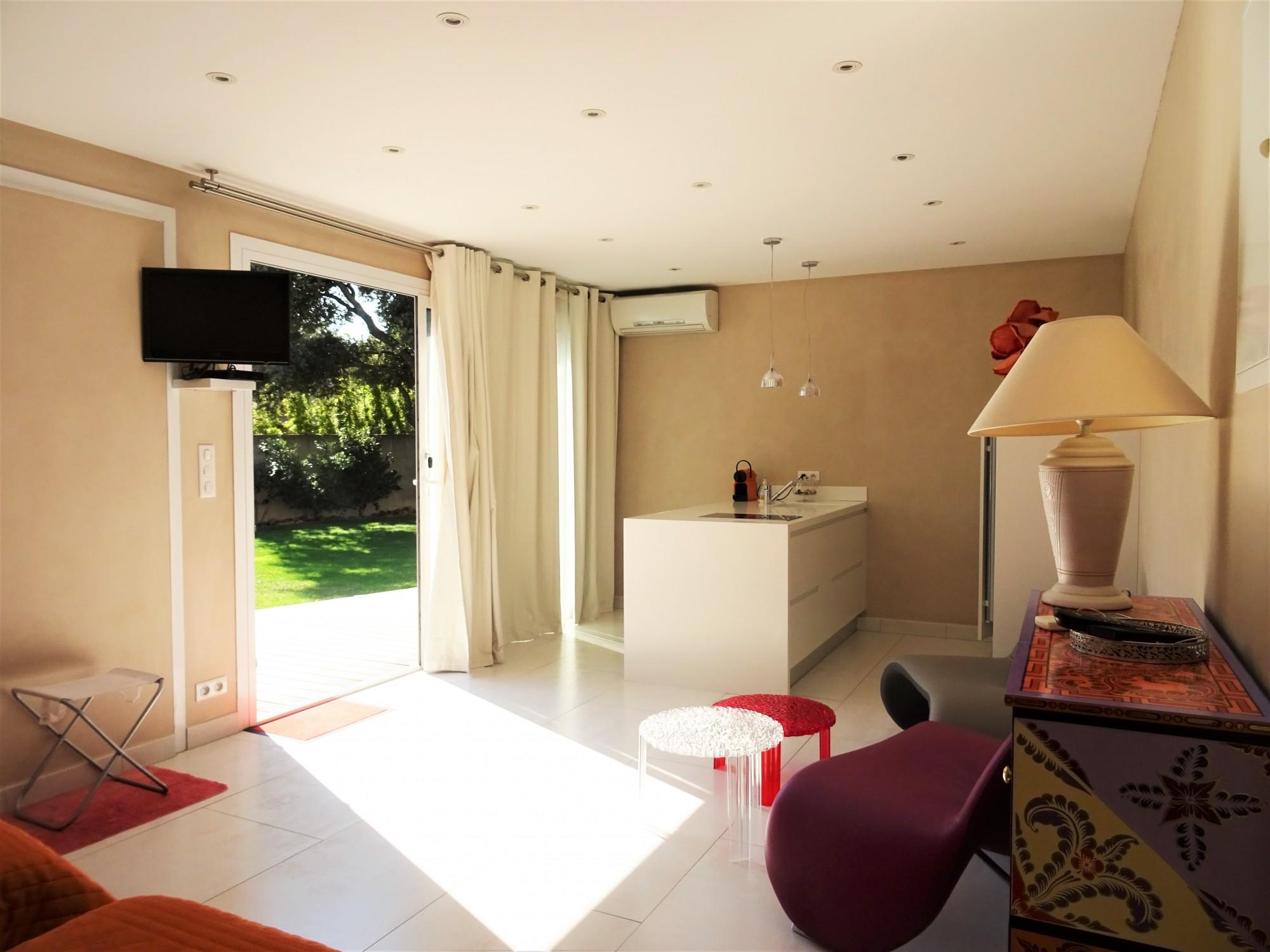 VILLENEUVE-LES-AVIGNON, maison contemporaine avec piscine et annexes dans quartier recherché