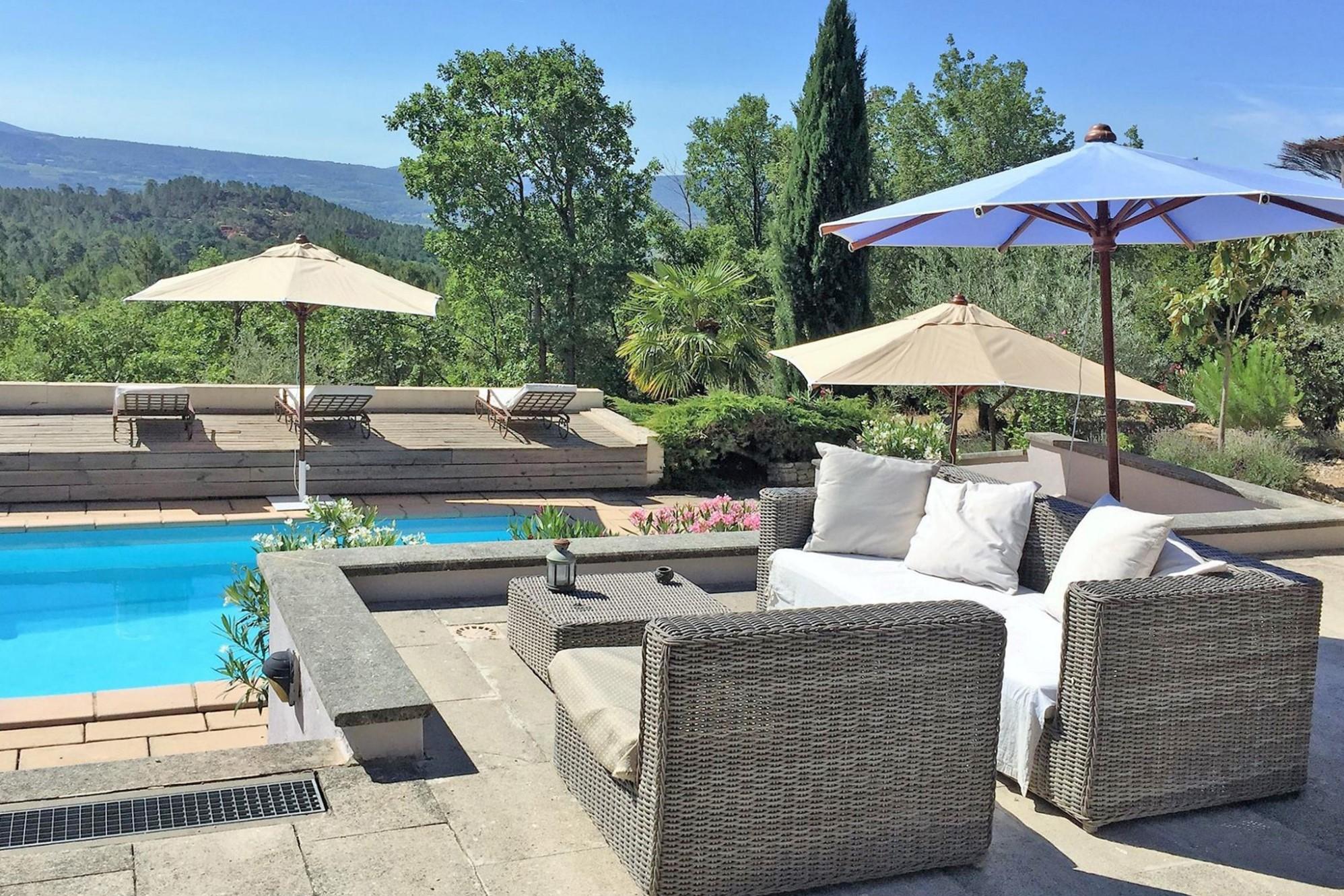 Roussillon : villa avec dépendances en position dominante face au Luberon