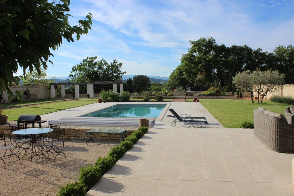 Maison traditionnelle en pierre avec piscine chauffée et vues