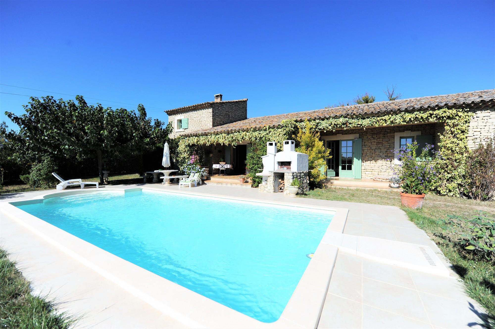 Proche de Gordes, Maison en pierres de plain-pied avec piscine