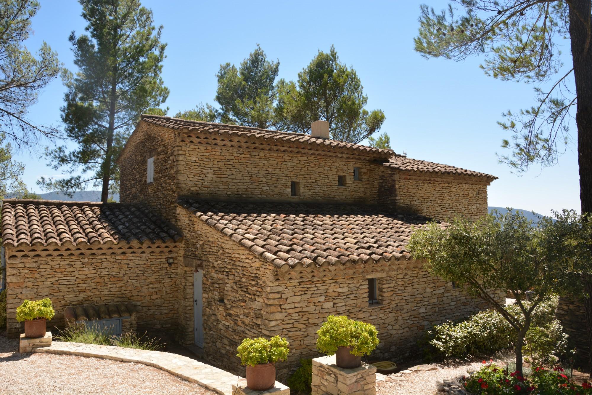 Proche Gordes, villa en pierres