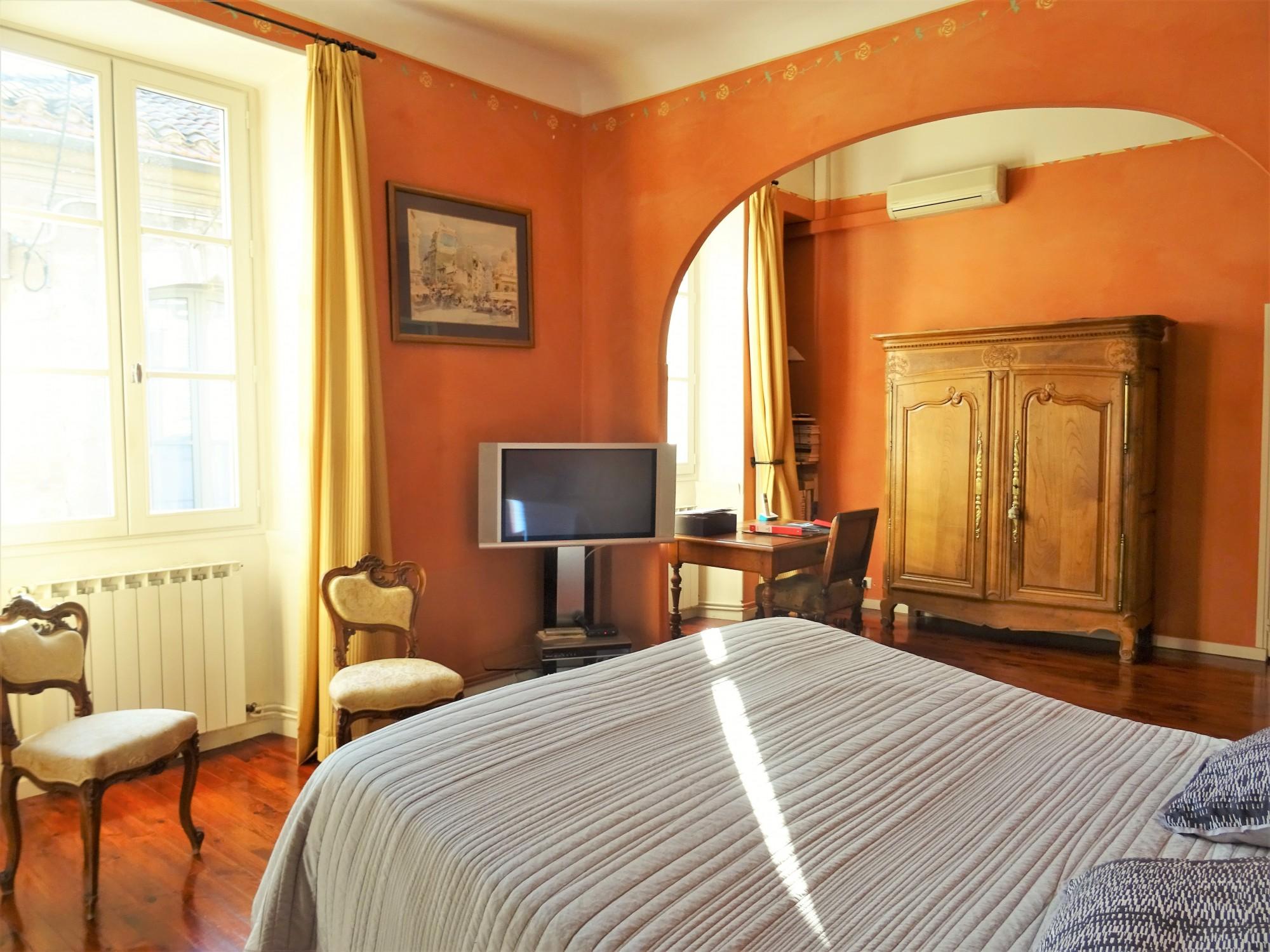 AVIGNON Intra-Muros, hôtel particulier avec cour et terrasse