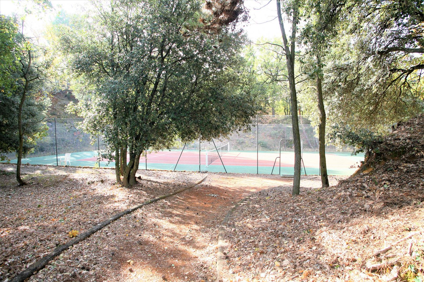 Maison traditionnelle avec petite piscine dans une copropriété