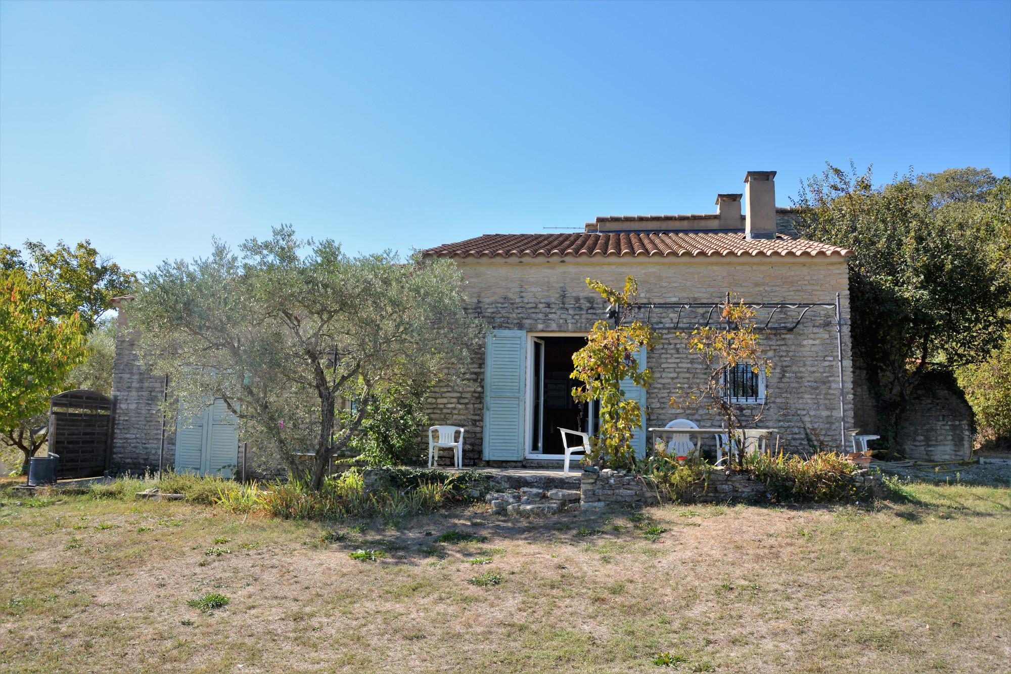 Proche des plus beaux lieux du Luberon, maison de village avec piscine et vue