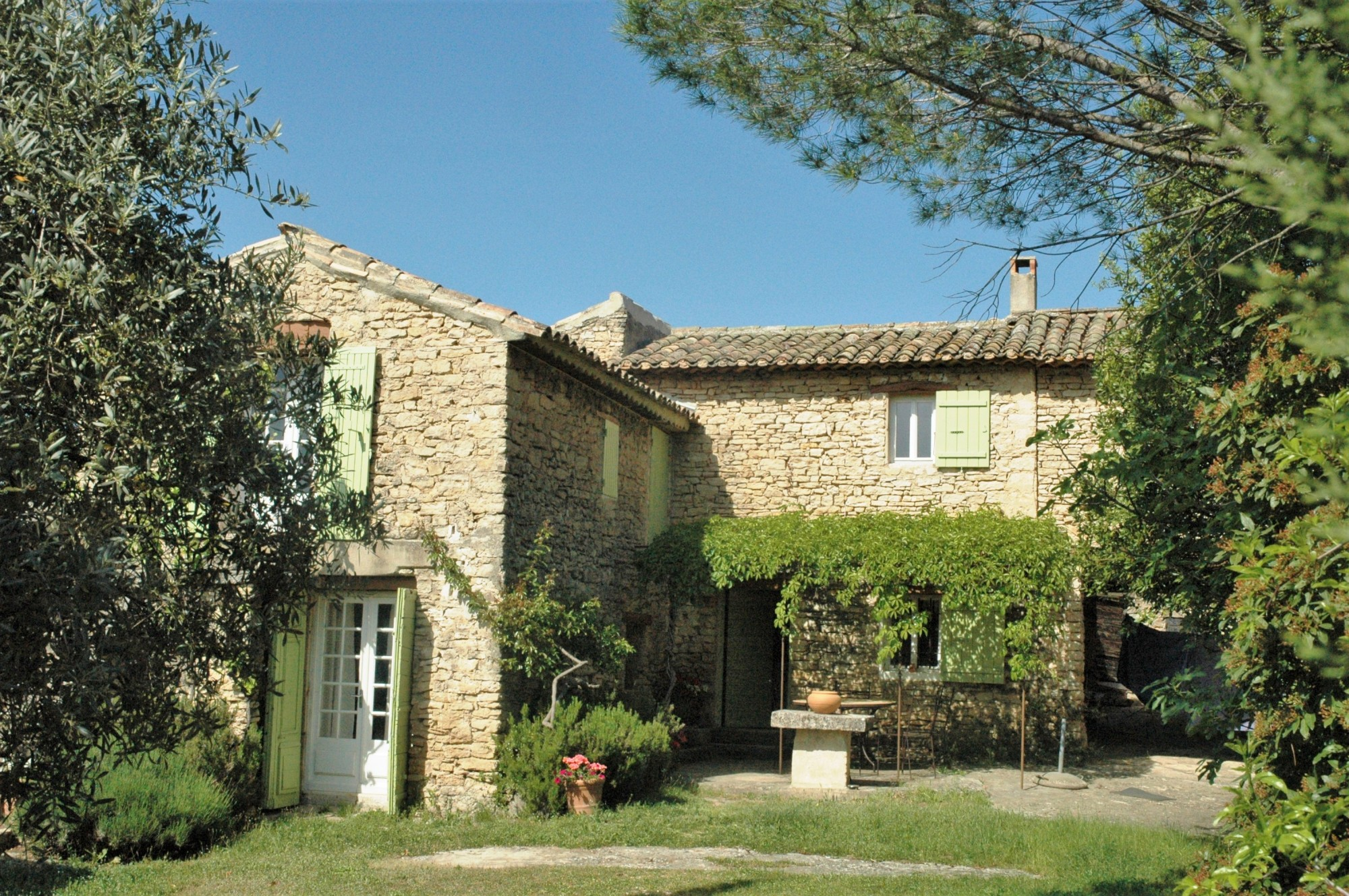 Entre Monts de Vaucluse et Luberon, très mazet en pierres
