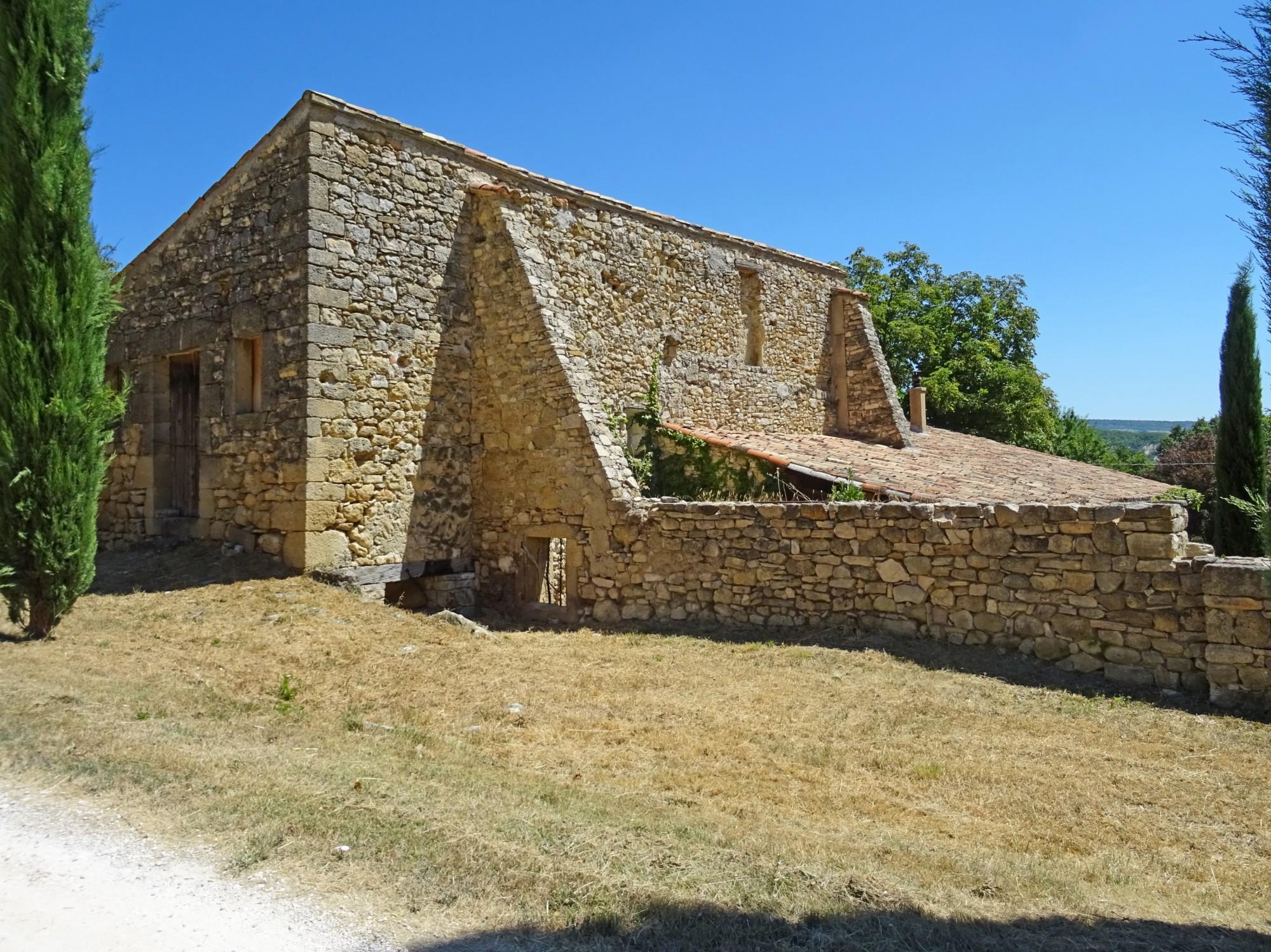 En Luberon, ensemble de trois maisons et un bassin en pleine nature