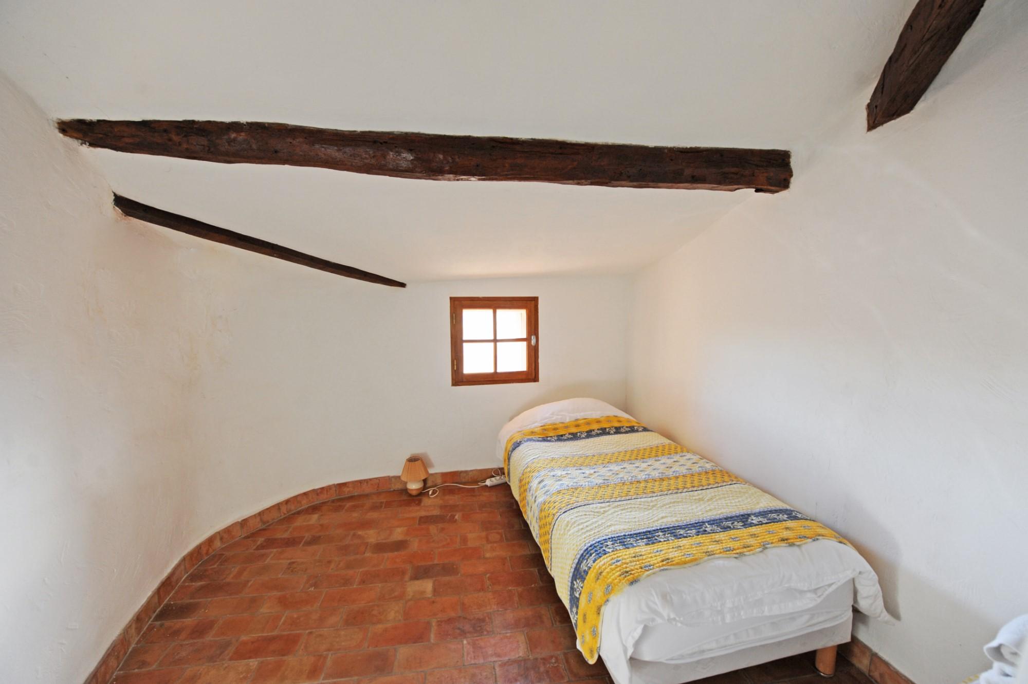 Au sommet du village de Roussillon, jolie maison avec vues dominantes