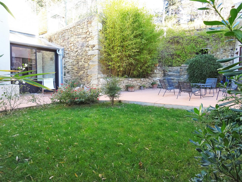 Maison de village avec piscine, terrasses et dépendance