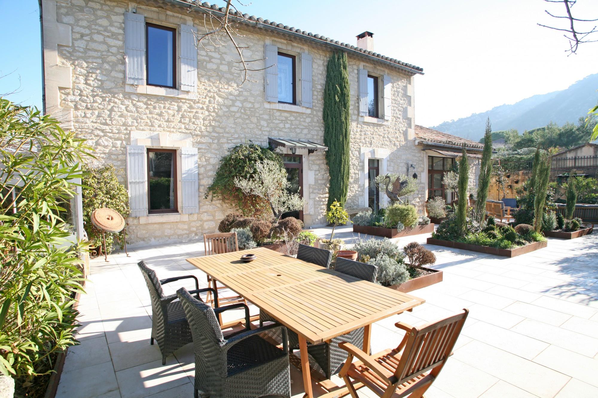 Très belle maison de village avec piscine et vue au coeur du parc du Luberon
