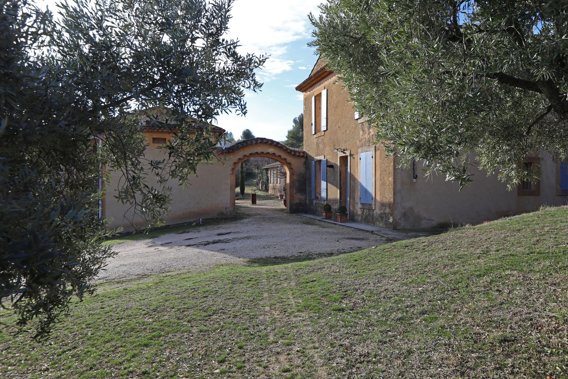 A vendre,  propriété à Apt de 3 bâtiments, 7 chambres et une piscine