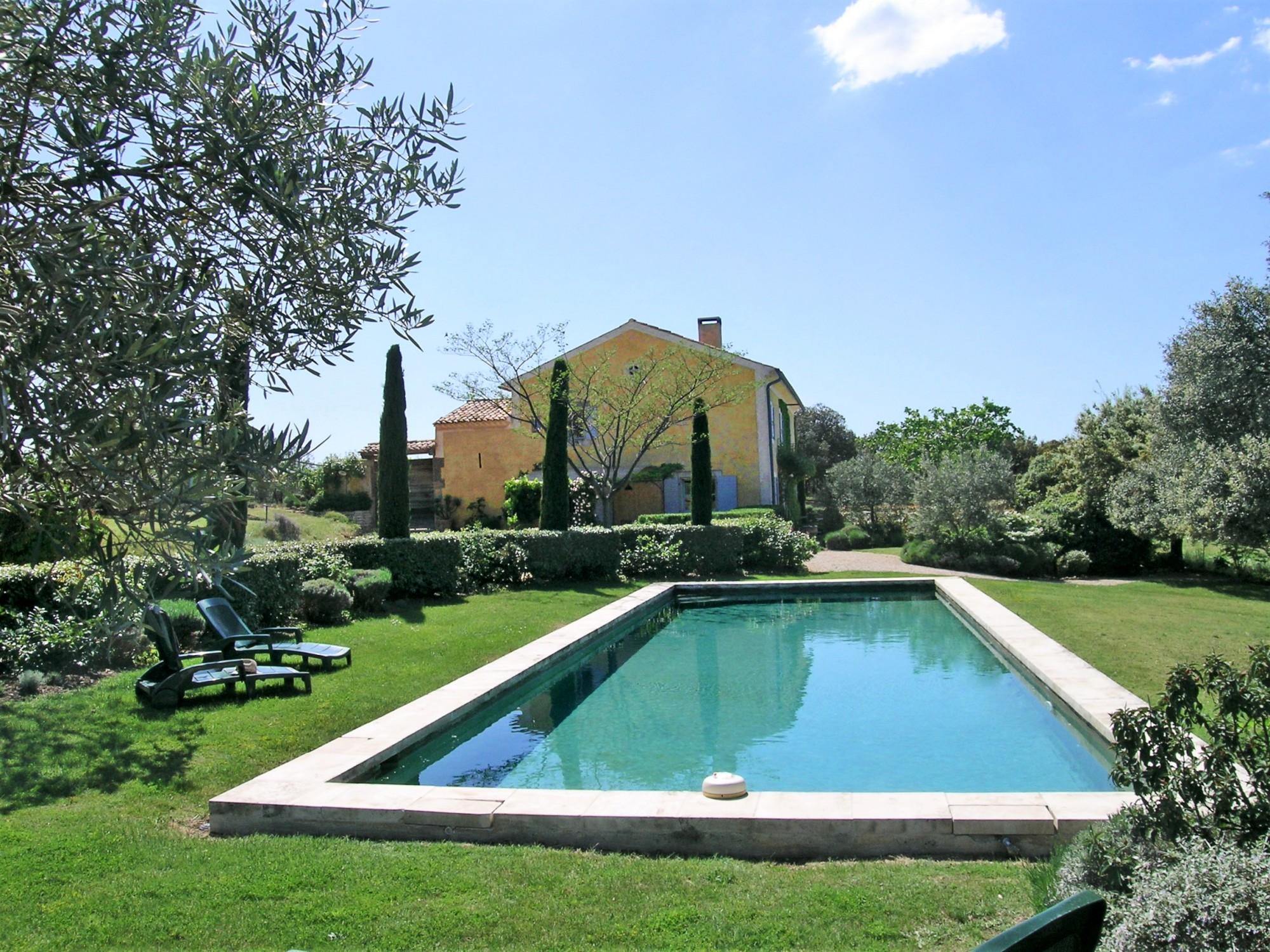 Au cœur du Luberon, Bastide avec cour fermée sur plus de 7 hectares