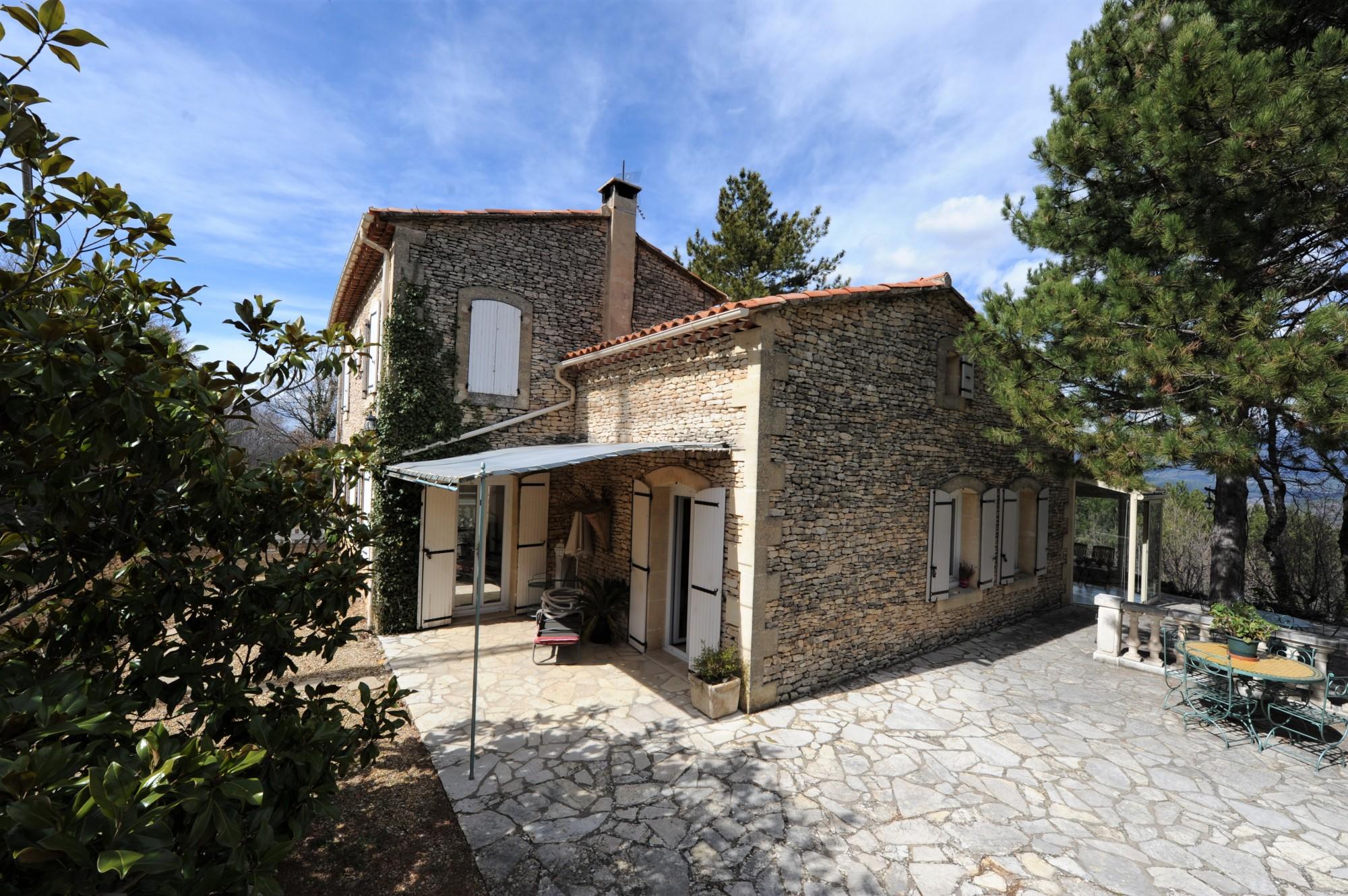 Belle maison en pierre en position dominante sur 1,3 hectare