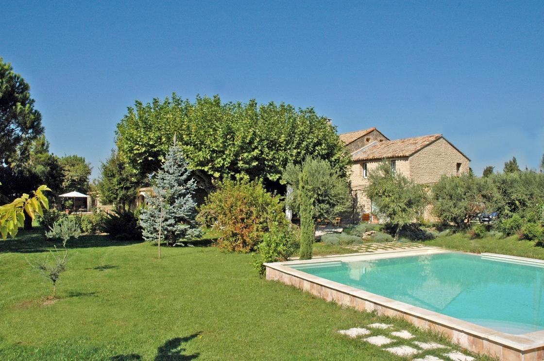 Grand mas rénové avec 2 piscines face au Luberon