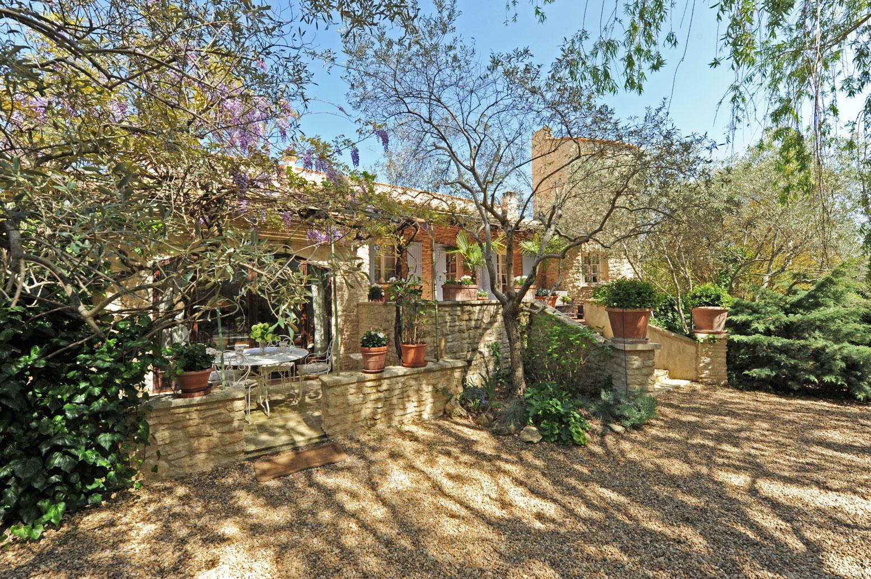 Villa de charme avec piscine et dépendances à proximité d'un authentique village du Luberon avec tous commerces