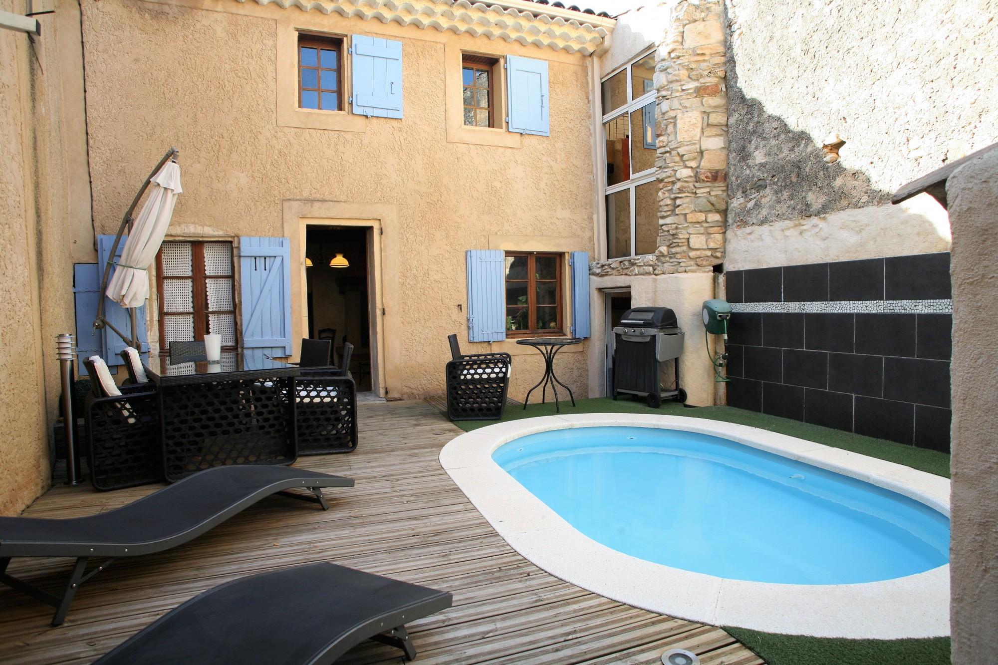 Proche du Colorado Provencal, maison de village avec piscine