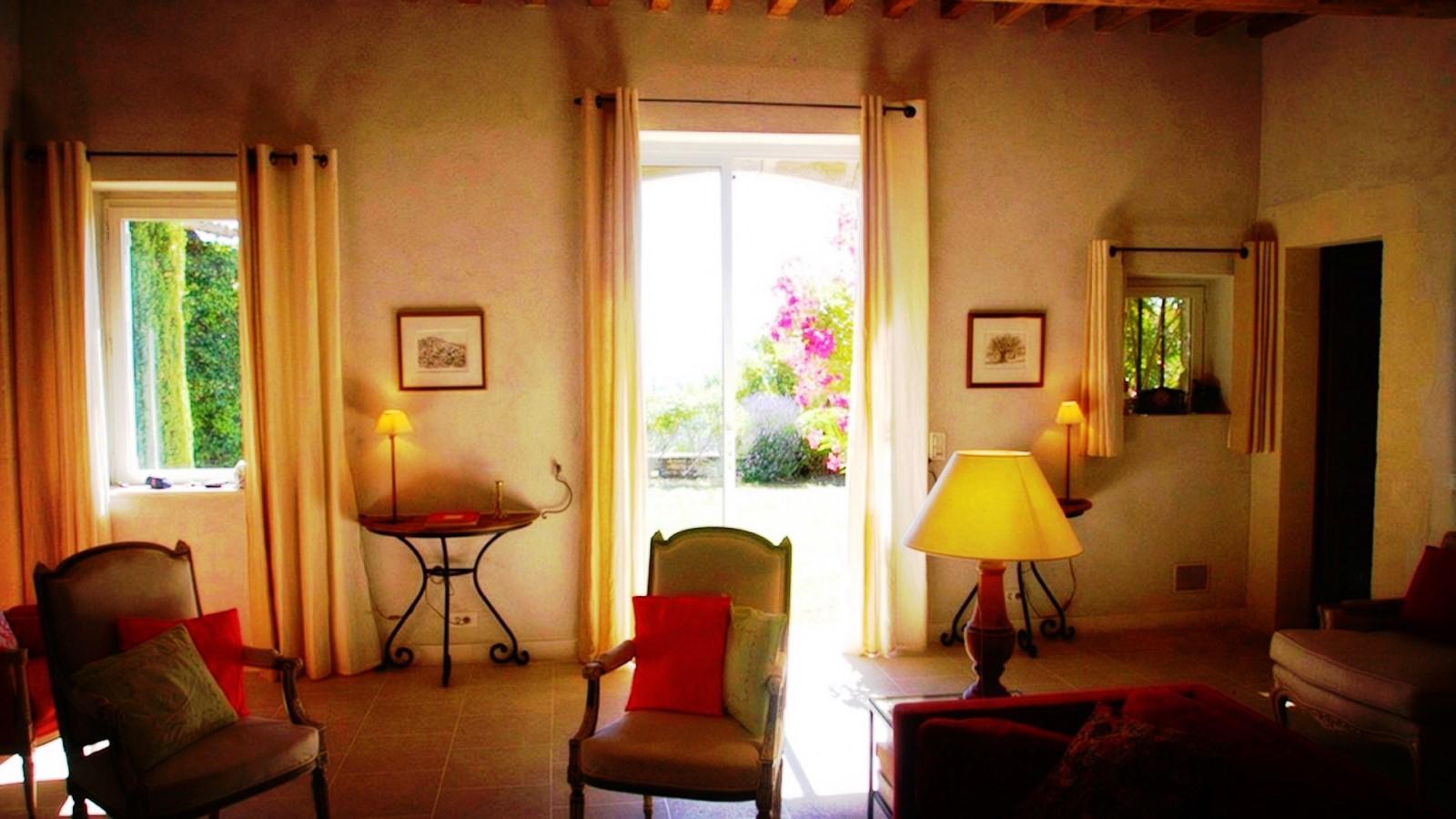 Belle pièce à vivre ouvrant sur un jardin paysagé et une vue sur les monts du Vaucluse et la plaine de Gordes