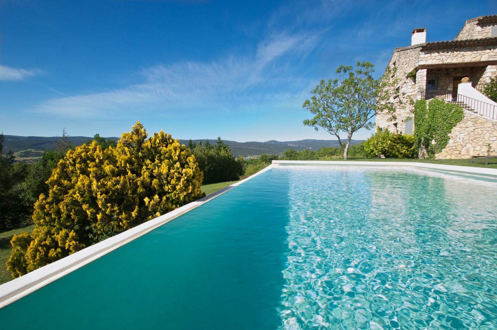 Piscine de rêve pour vacances luxueuses en Provence
