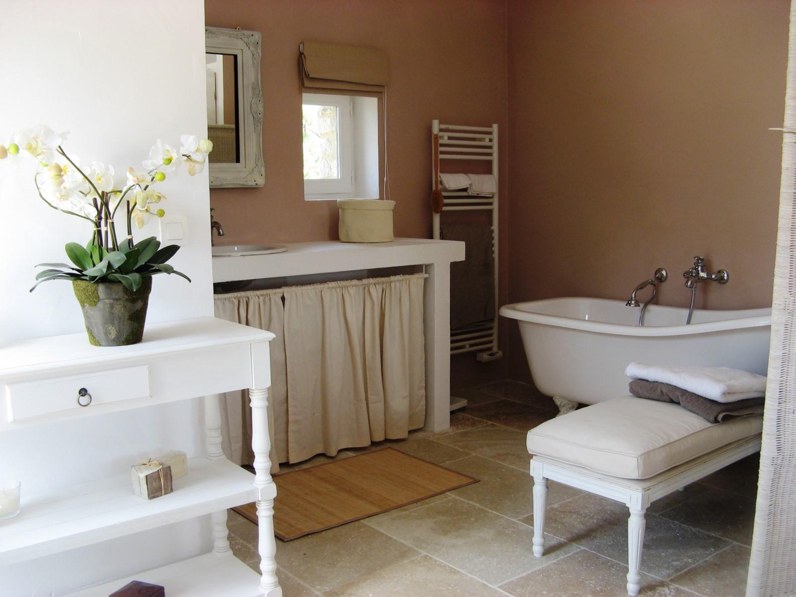 Salle de bains de la chambre du haut de cette location saisonnière en Luberon