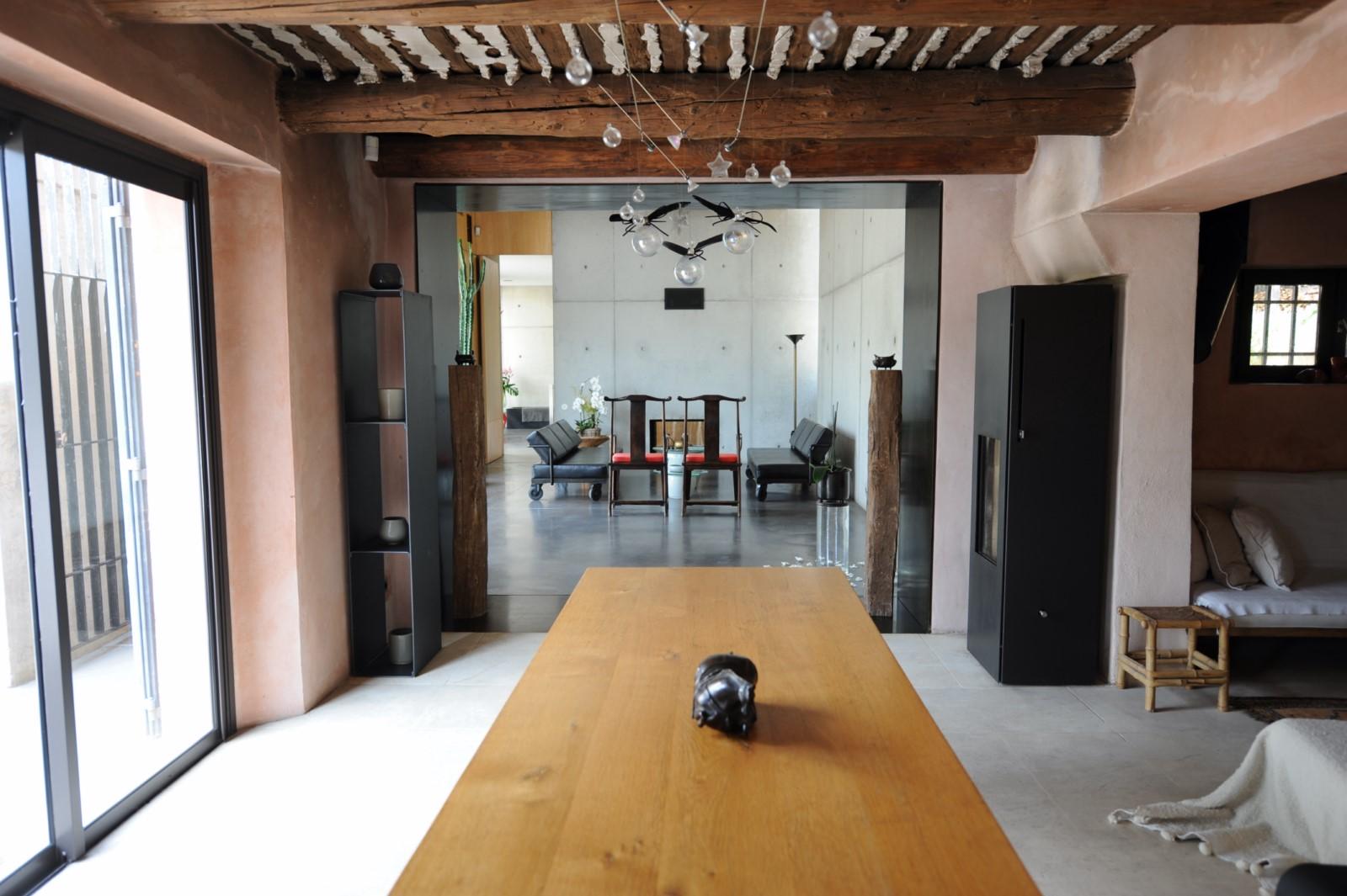 Enfilade de pièces contemporaines dans cette maison à louer à l'agence Rosier