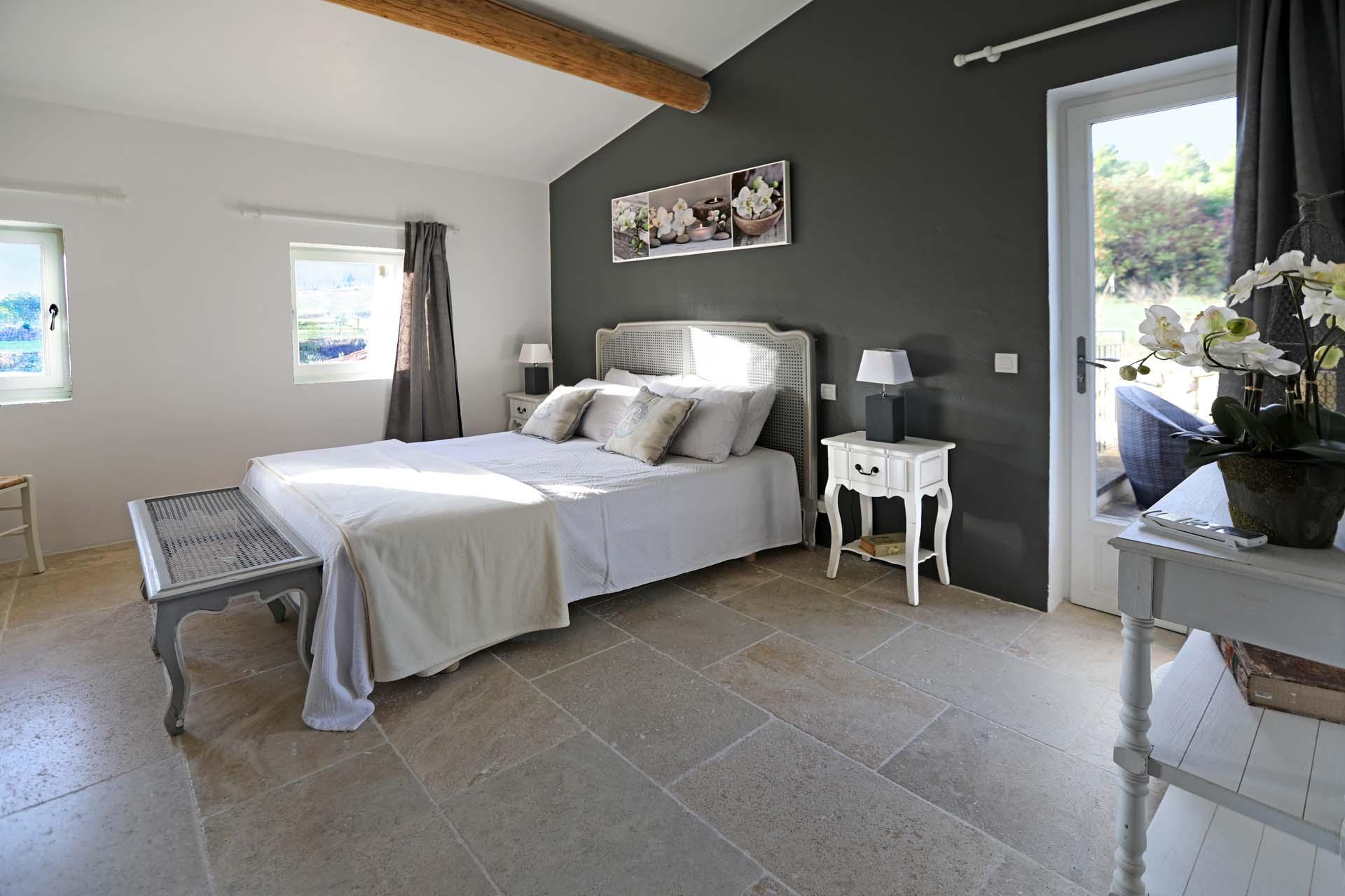 Belle literie pour cette maison à louer en Luberon