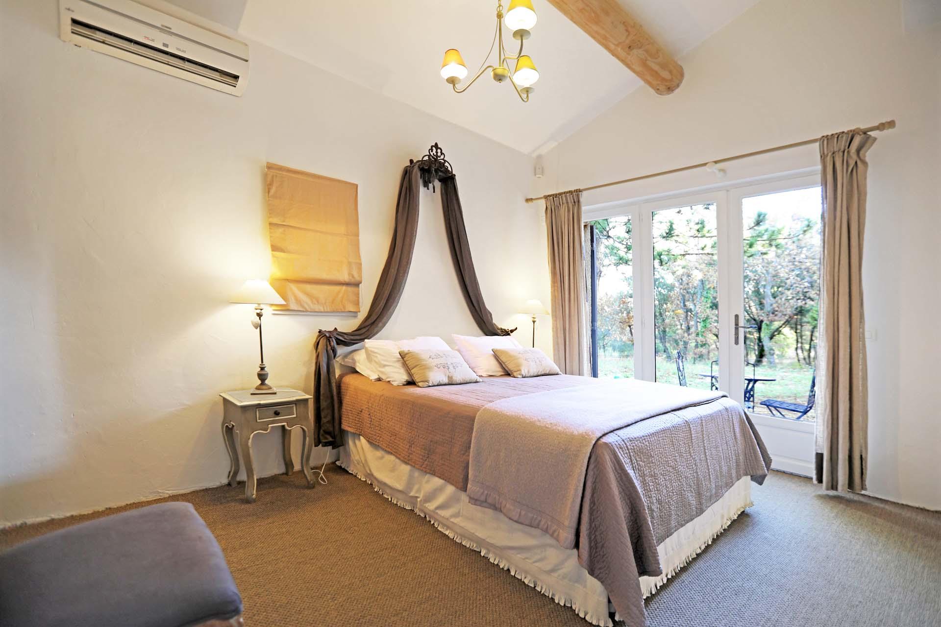 Chambre du bas de cette confortable maison à louer à Murs